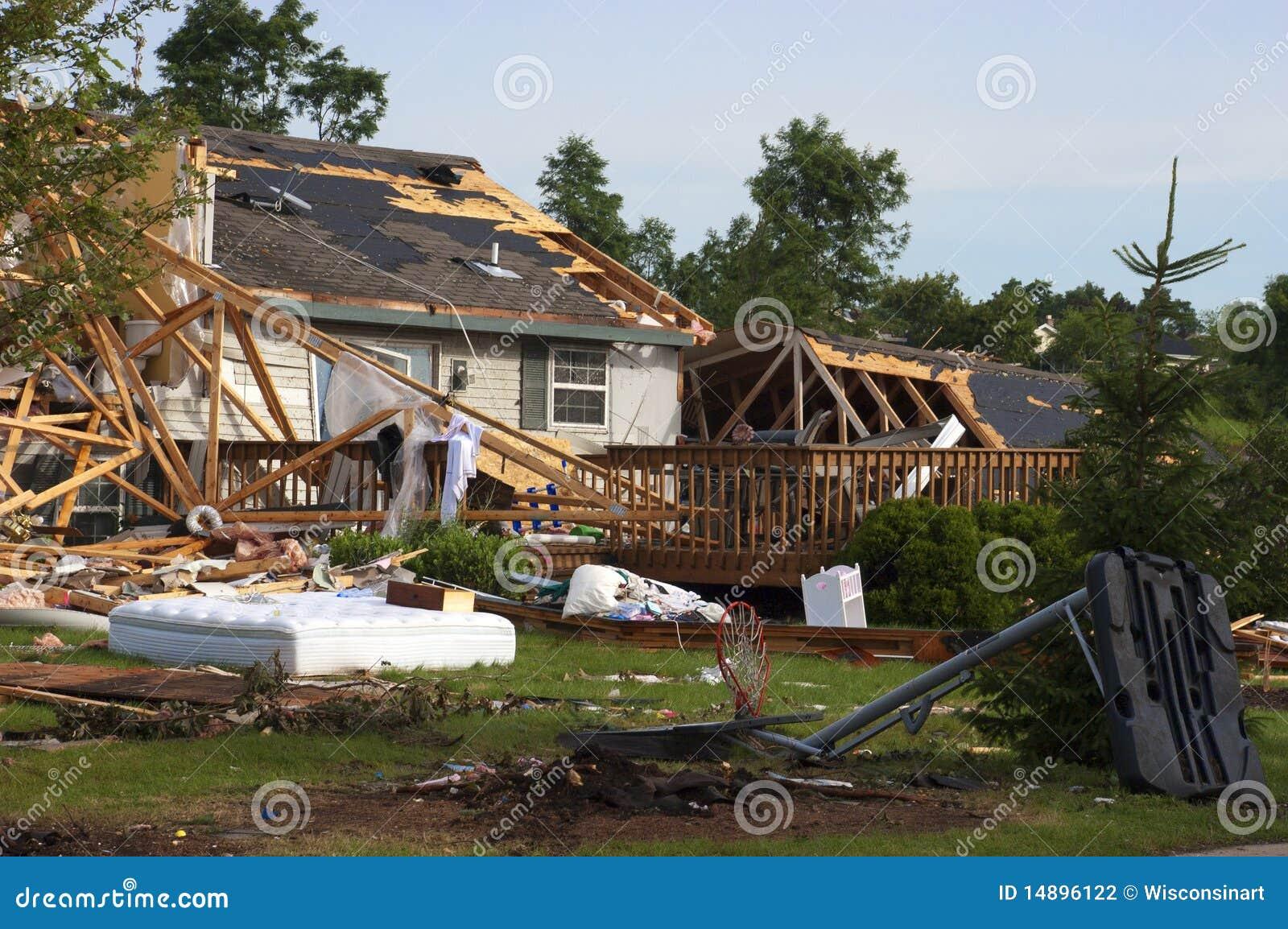 Het huis van het huis van damge van het onweer van de tornado dat door wind wordt vernietigd - Huis van de wereld vaas ...