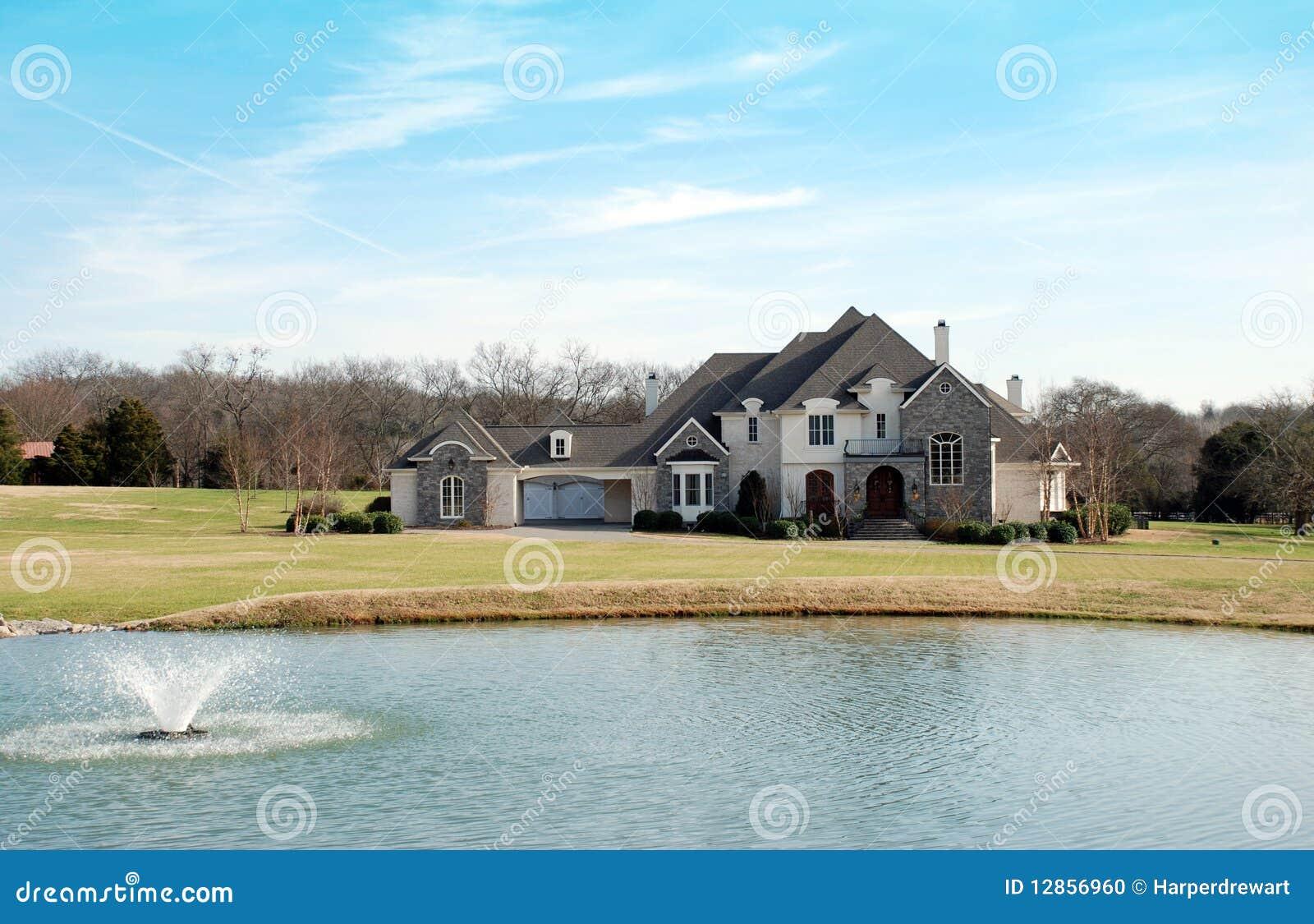 Het huis van het landgoed met meer en fontein stock foto afbeelding 12856960 - Versier het huis ...