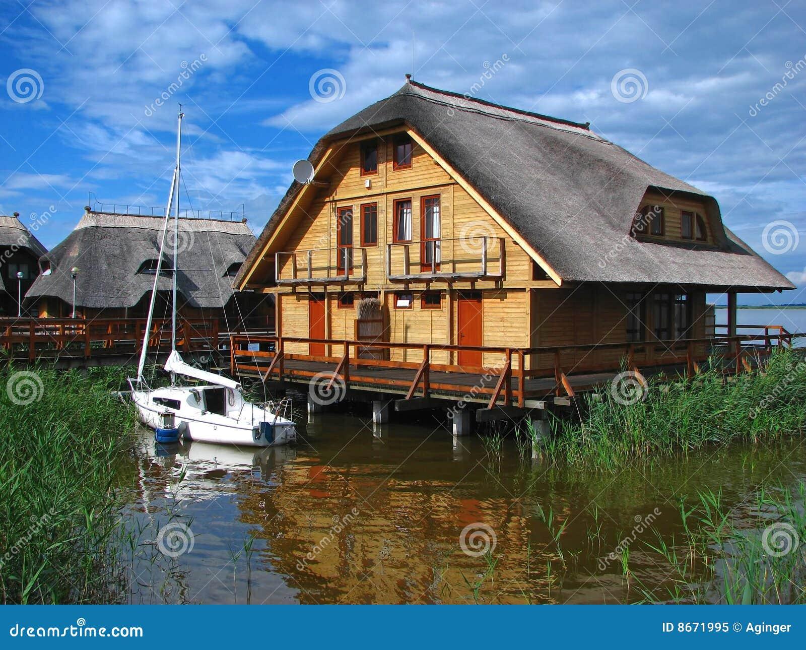 Het huis van het weekend op water met boot royalty vrije stock foto afbeelding 8671995 - Huis van het wereldkantoor newport ...