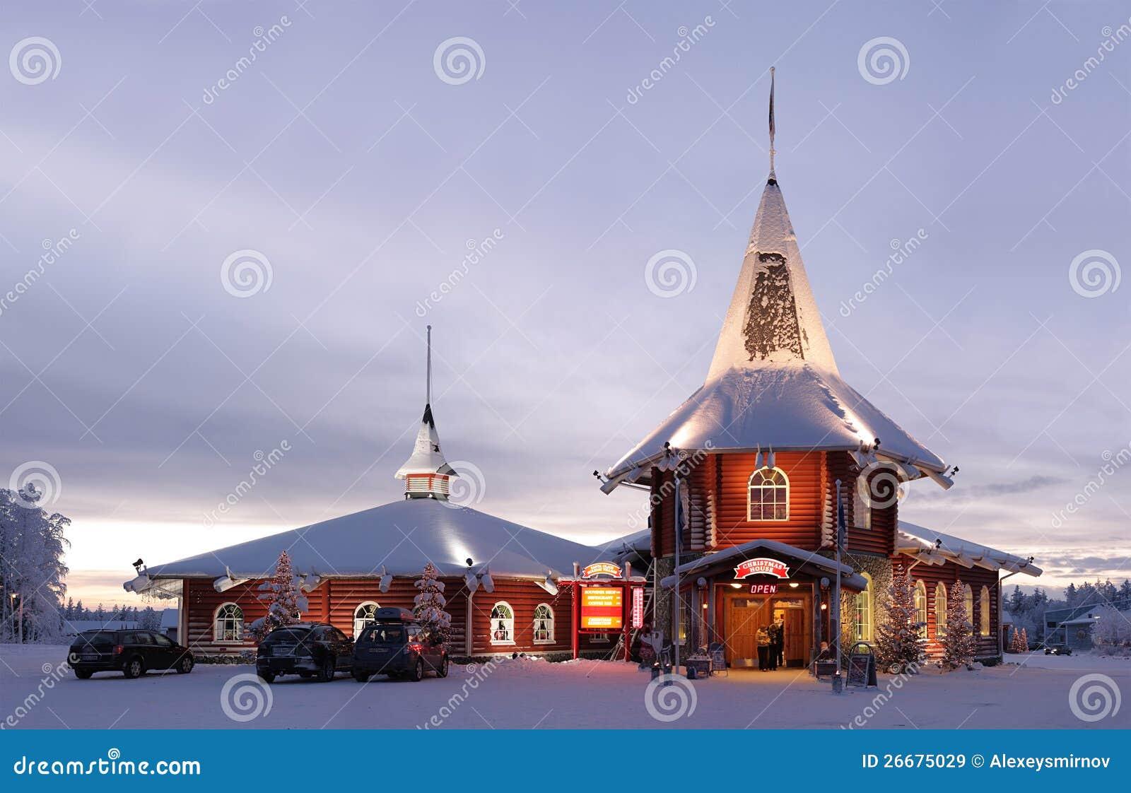 Het huis van kerstmis in het dorp van de kerstman redactionele stock