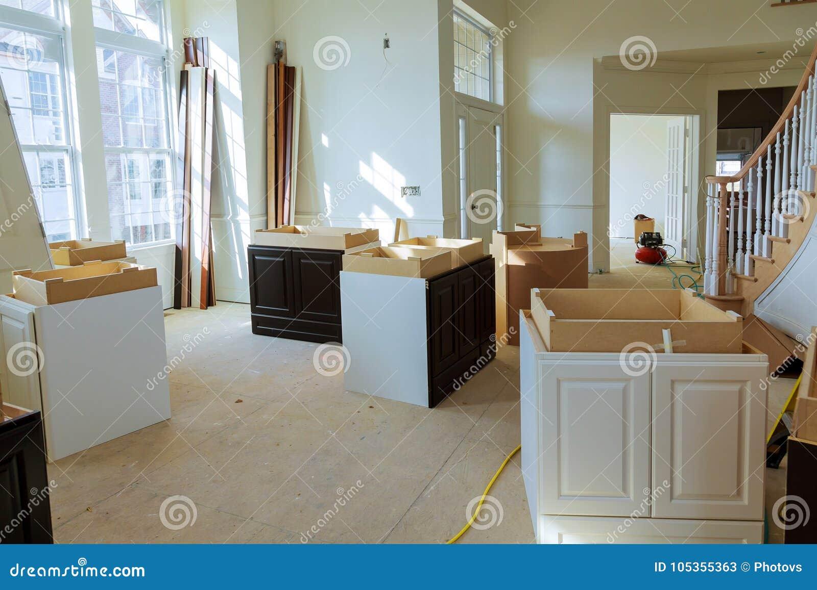 Het huisverbetering de Keuken remodelleert mening in een nieuwe keuken wordt geïnstalleerd die