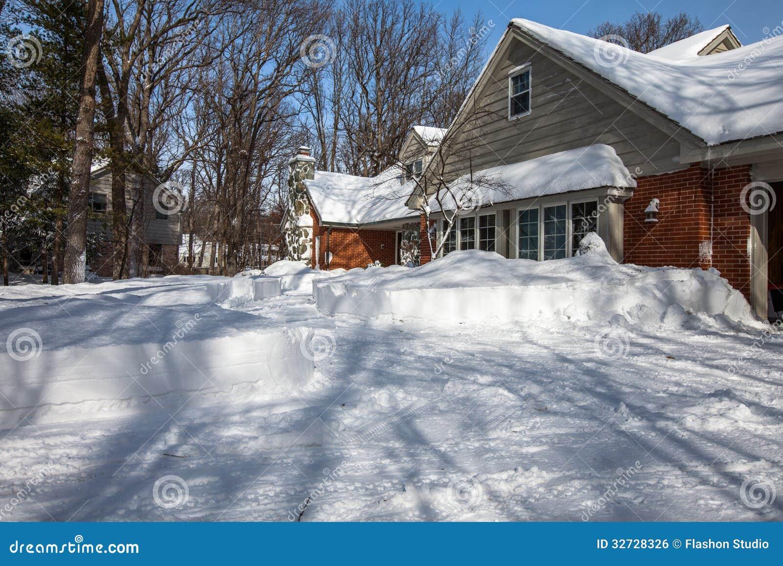 Het huiswerf van noord amerika residemtial met diepe sneeuw wordt behandeld die stock foto - Het upgraden van m ...