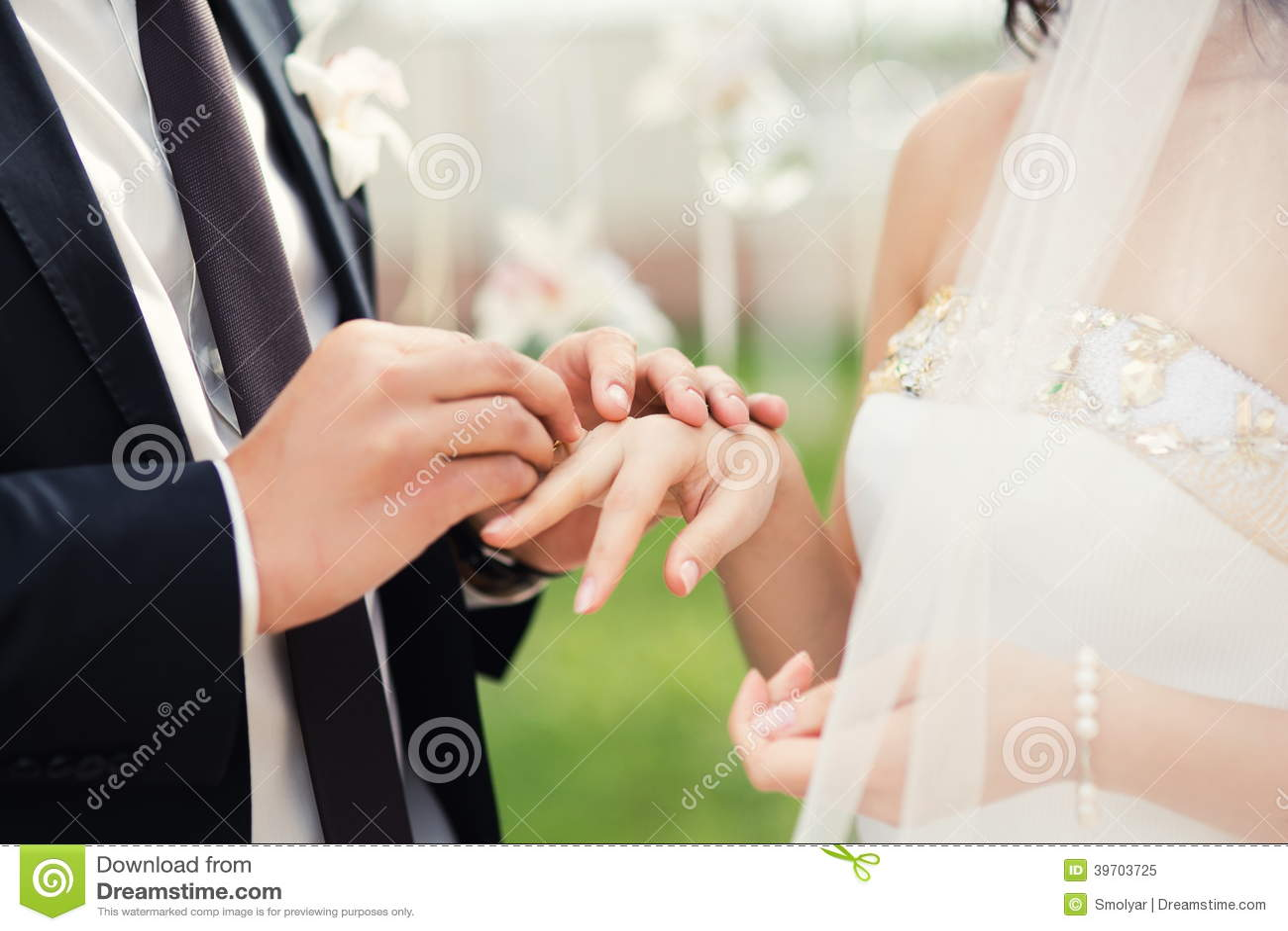 Het huwelijkspaar overhandigt close-up tijdens huwelijksceremonie