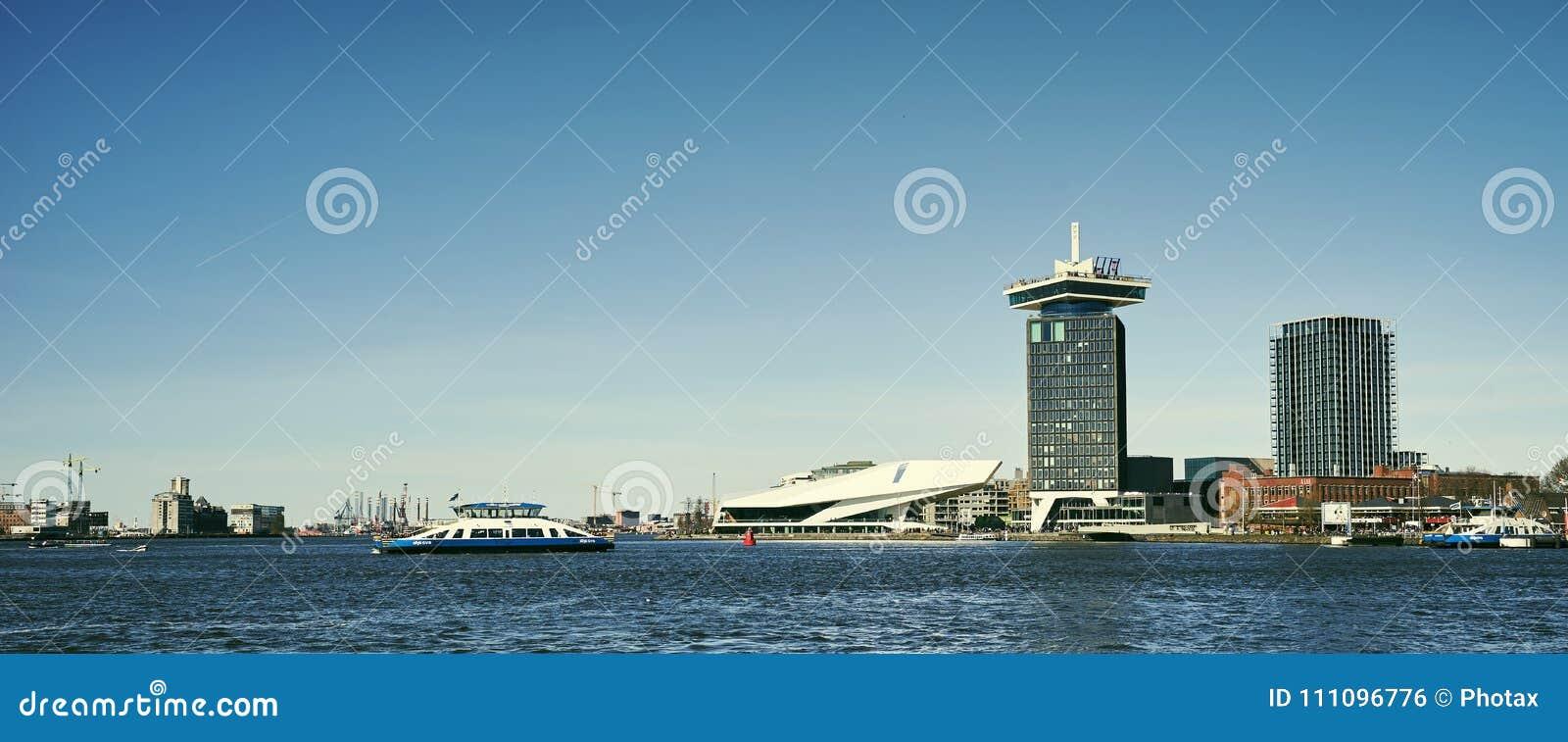 Het IJ, il fiume di Amsterdam IJ con il traghetto, museo del film dell occhio e ADAM Tower
