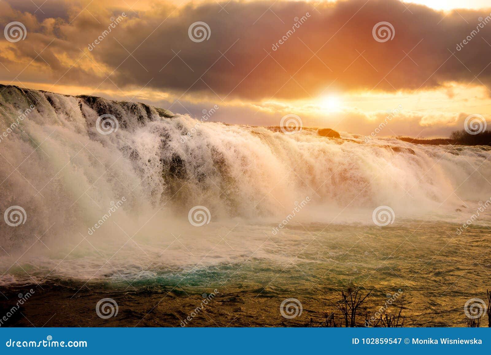Het Ijslandse landschap van Faxiwaterfal