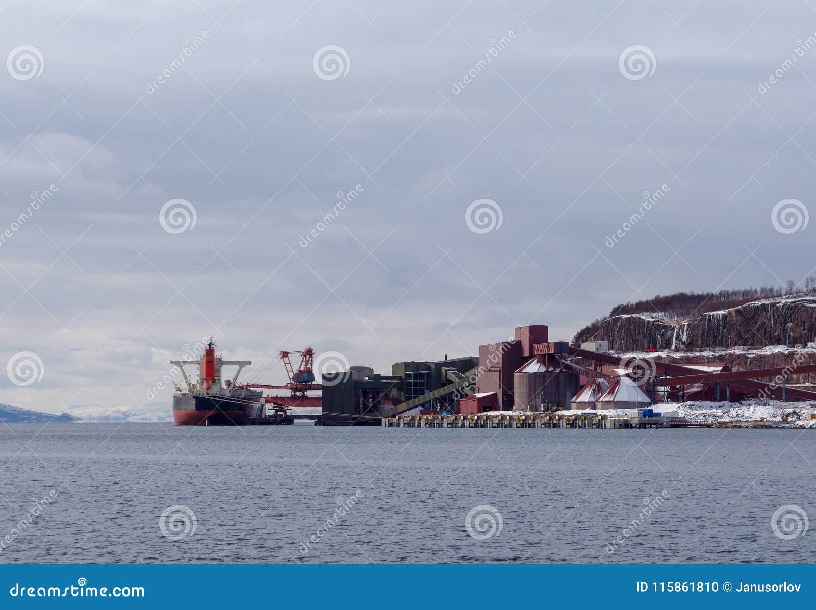 Het ijzererts van de vrachtschiplading bij de Haven van Narvik in noordelijk Noorwegen op een de winterdag