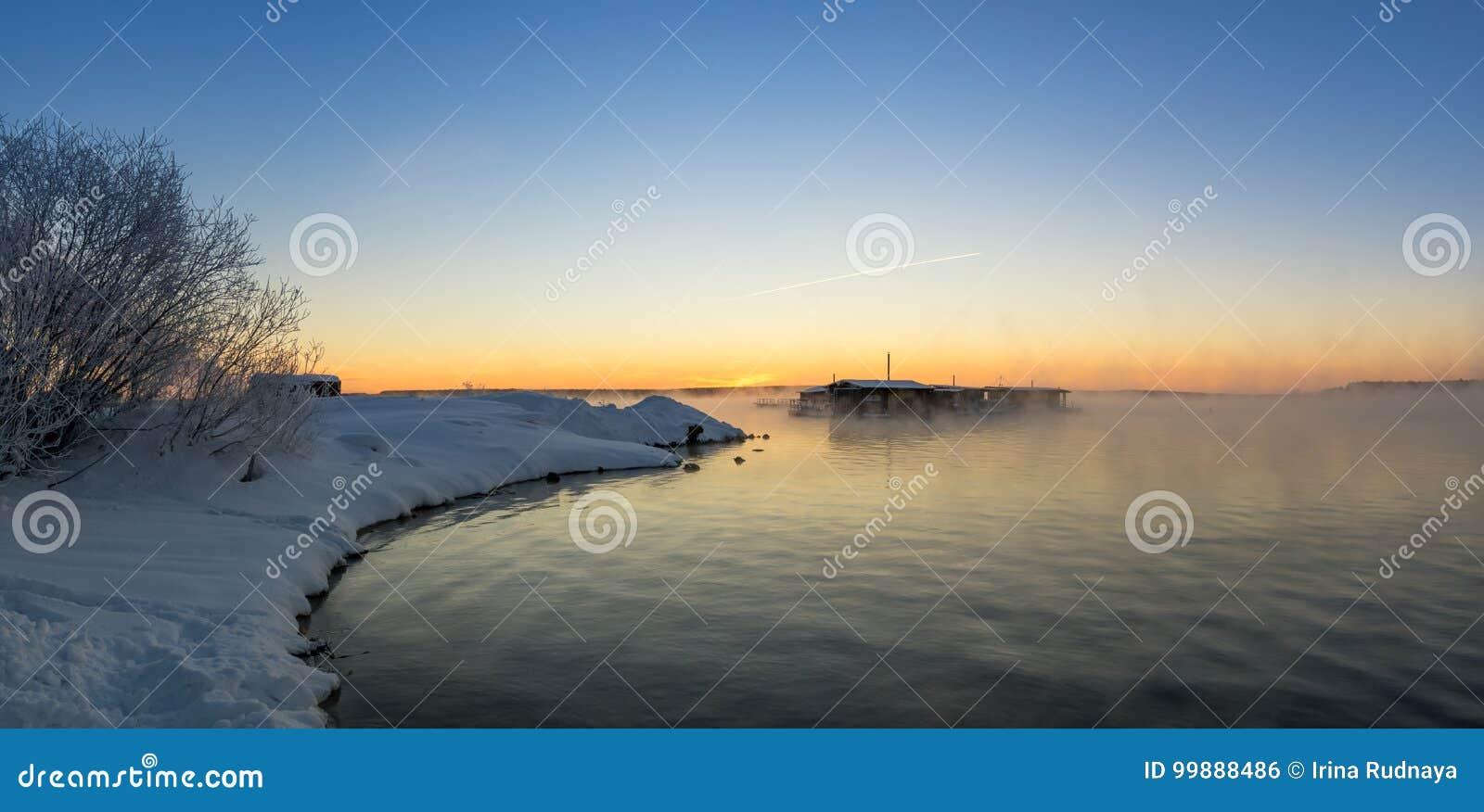 Het ijzige landschap van de de winterochtend met mist en bosrivier, Rusland, Ural