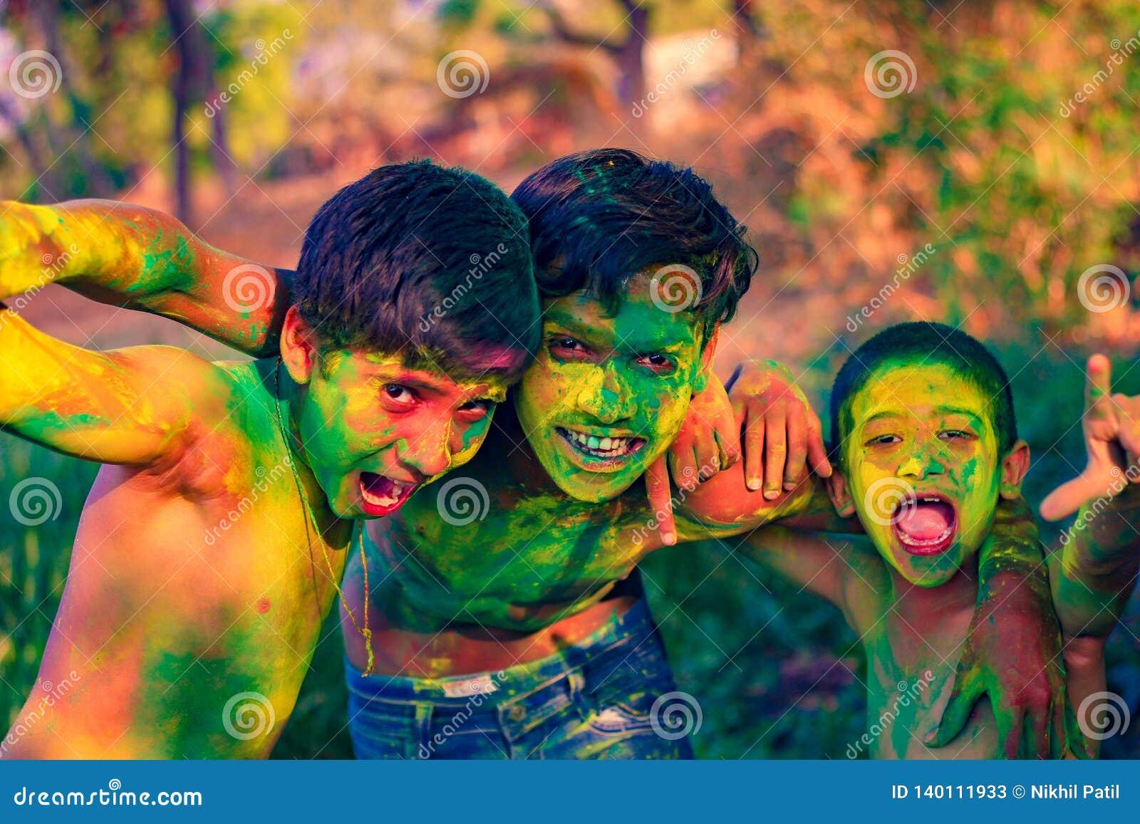 Het Indische kind spelen met de kleur in holifestival