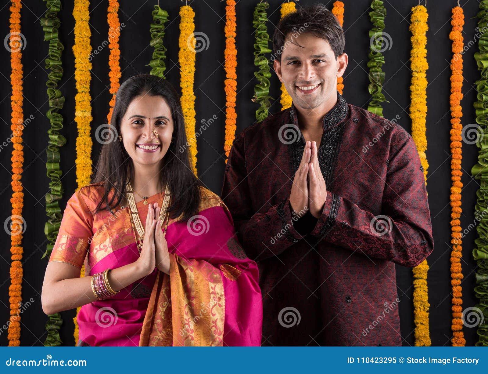 Het Indische maharashtrian jonge paar in traditionele slijtage in namaskara stelt