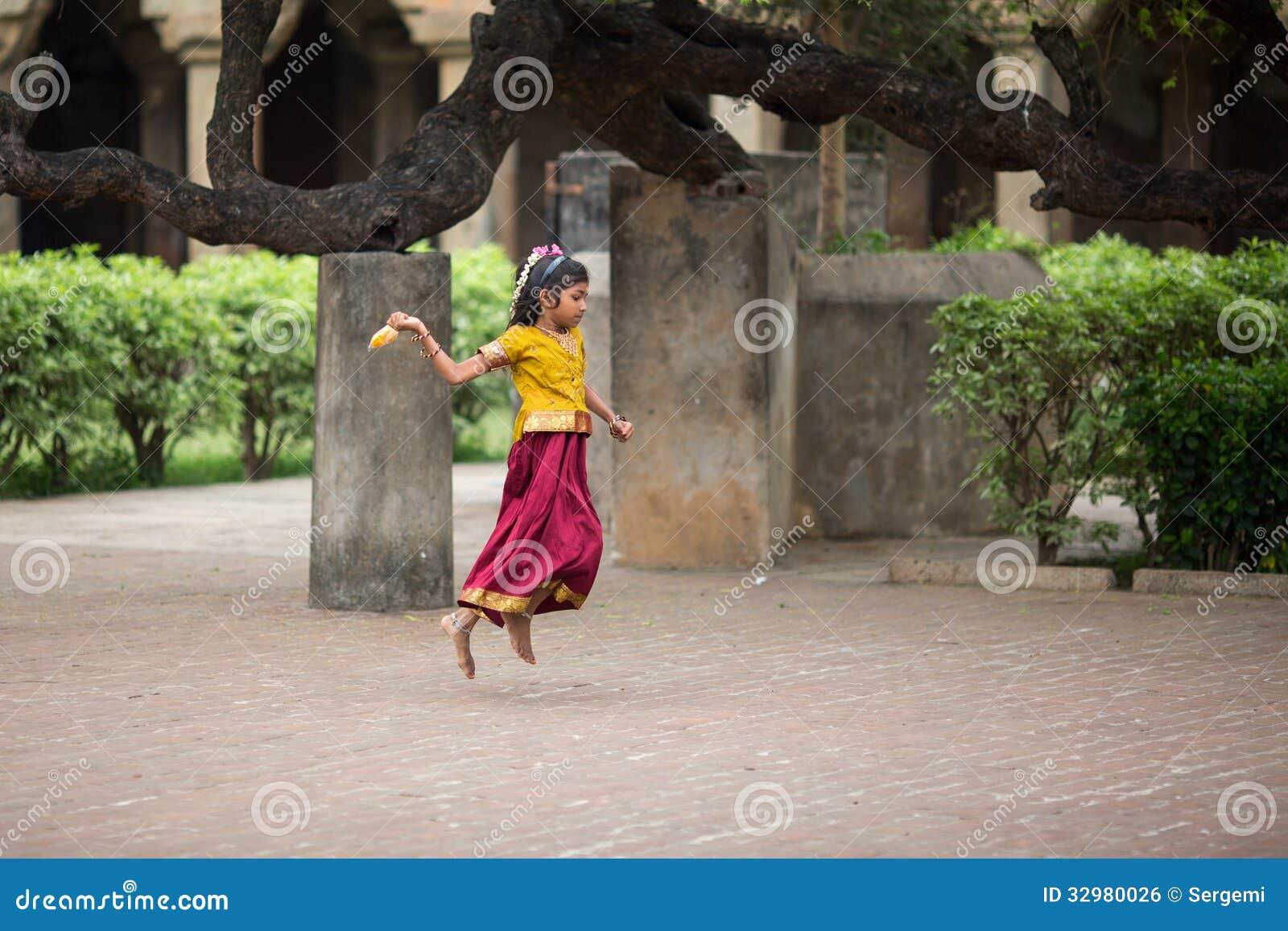 Het Indische meisje springen