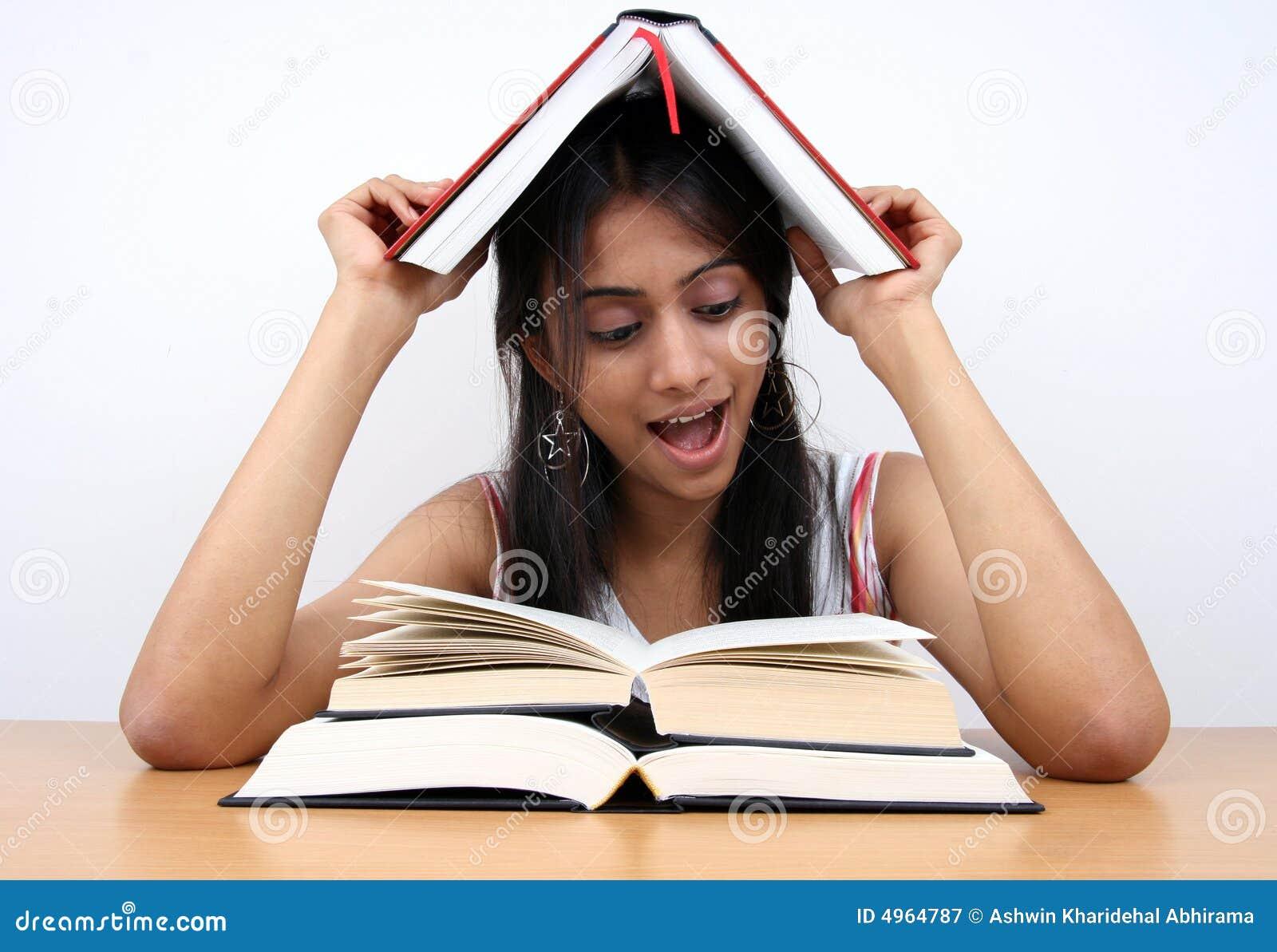 Het Indische student bestuderen.