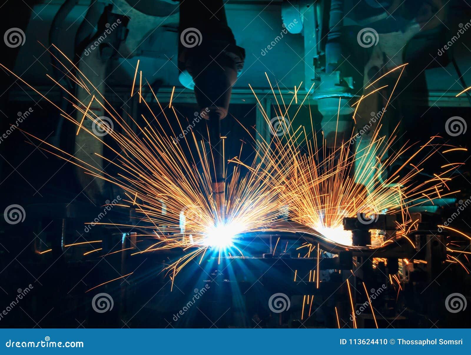 Het industriële robotlassen is de autodeel van het bewegingslassen in automobiel industriële fabriek