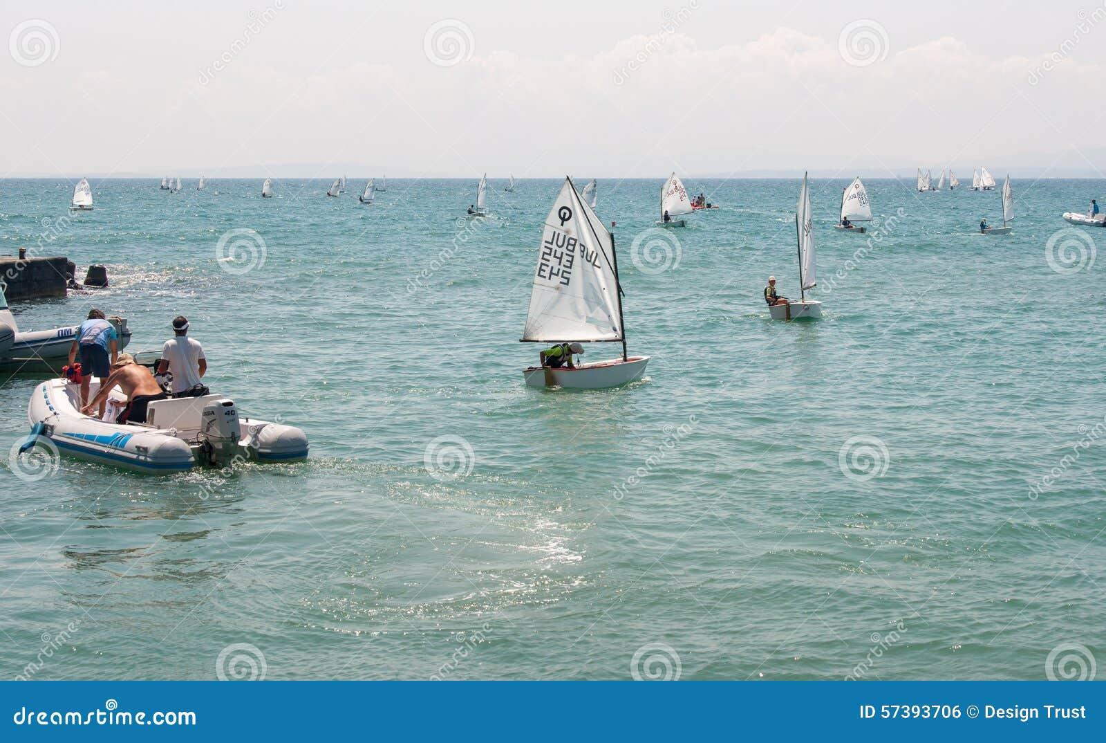 Het ingaan van het begin van de concurrentie in het varen in Pomorie