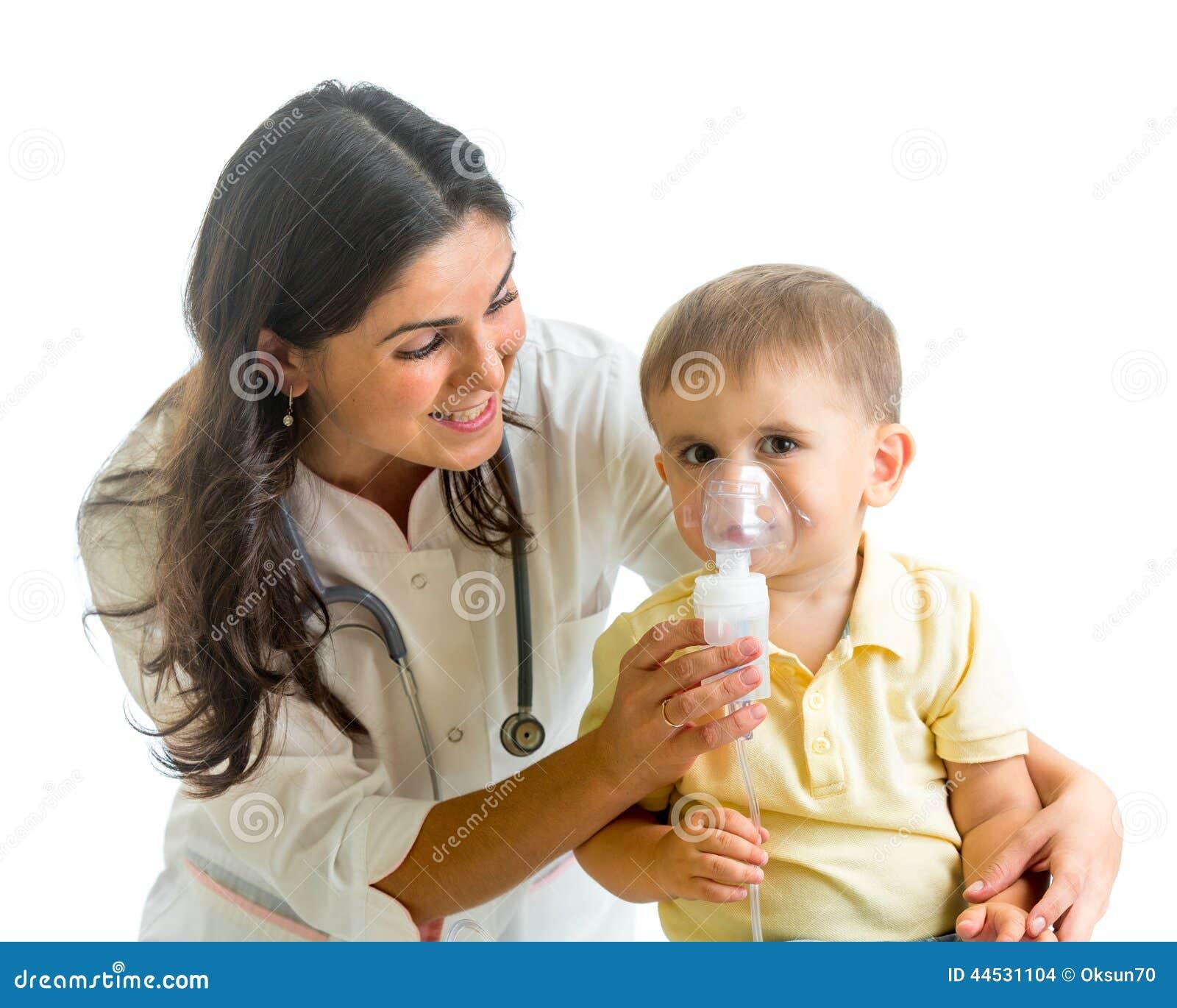 Het inhaleertoestelmasker van de artsenholding voor jong geitje die, het ziekenhuis ademen