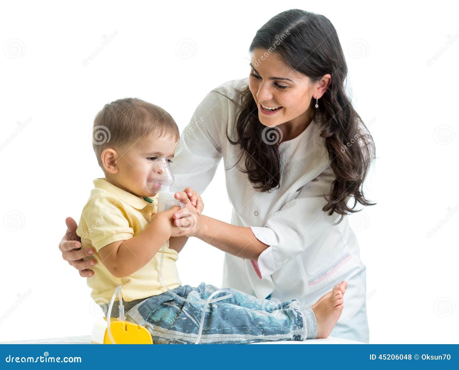 Het inhaleertoestelmasker van de artsenholding voor kind ademhaling