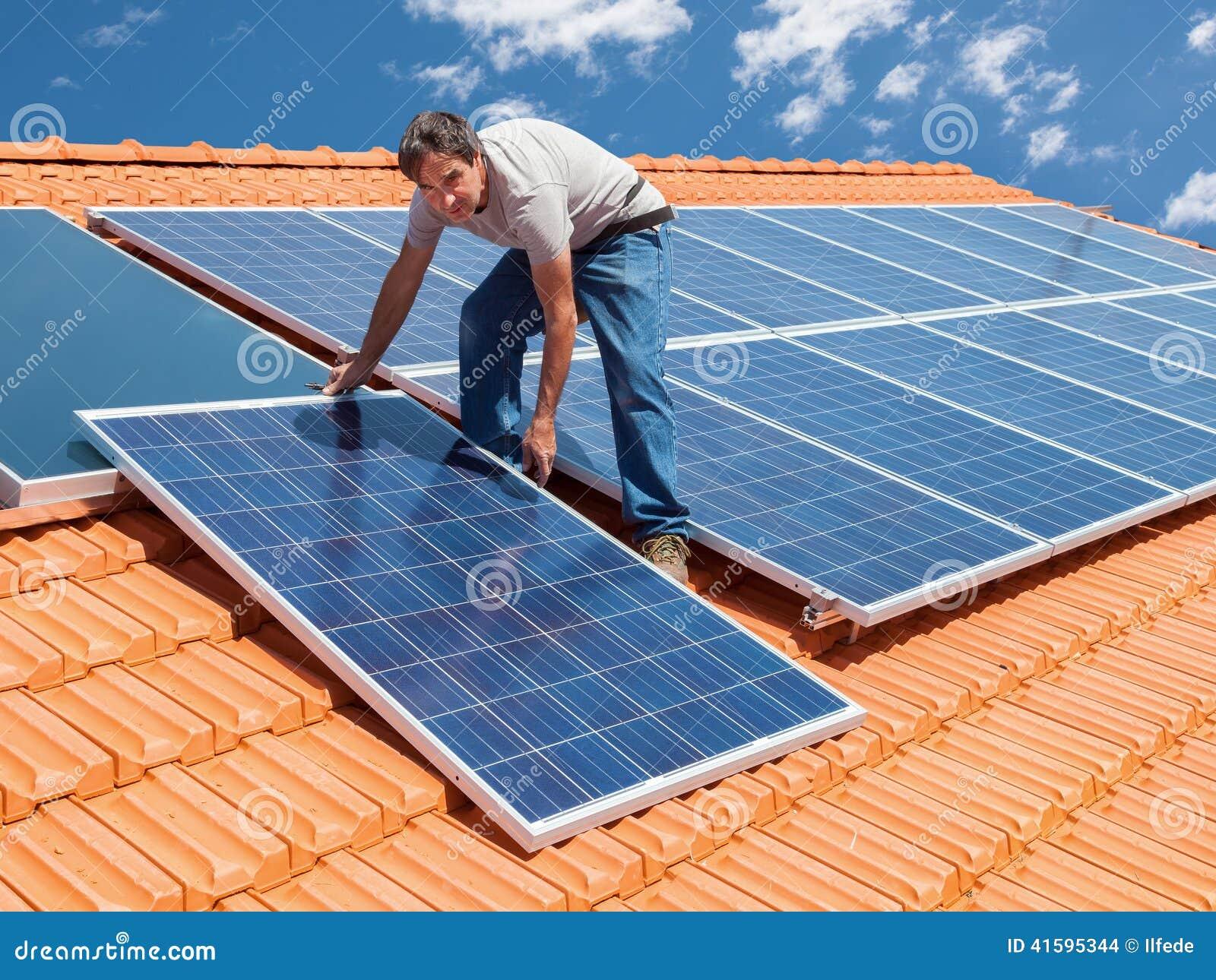 Het installeren van alternatieve energie photovoltaic zonnepanelen