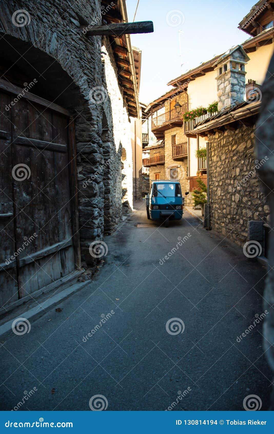 Het Italiaanse auto drijven door steeg