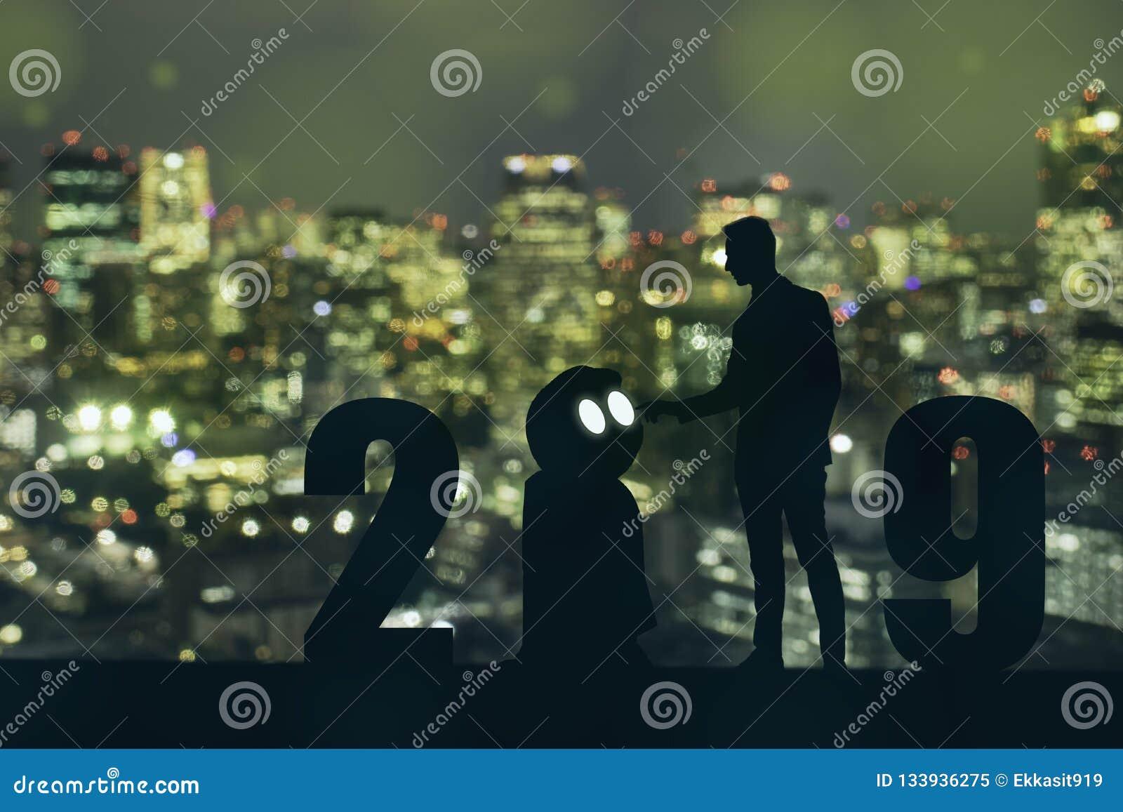 Het jaarkunstmatige intelligentie van 2019 of ai futuristisch concept, Silhouet Bedrijfsmensentribune en punthand aan bevel of co