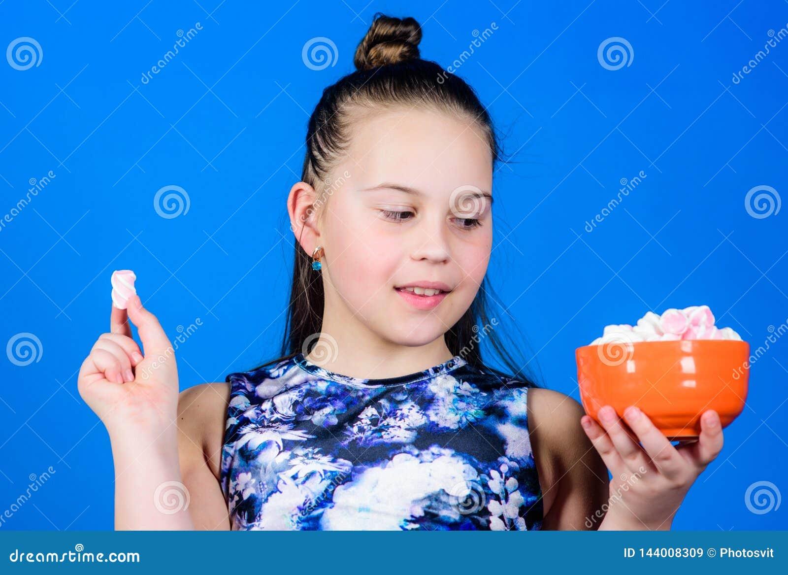 Het jong geitjemeisje met lang haar houdt van snoepjes en behandelt Calorie en dieet Hongerig Jong geitje Meisje het glimlachen d