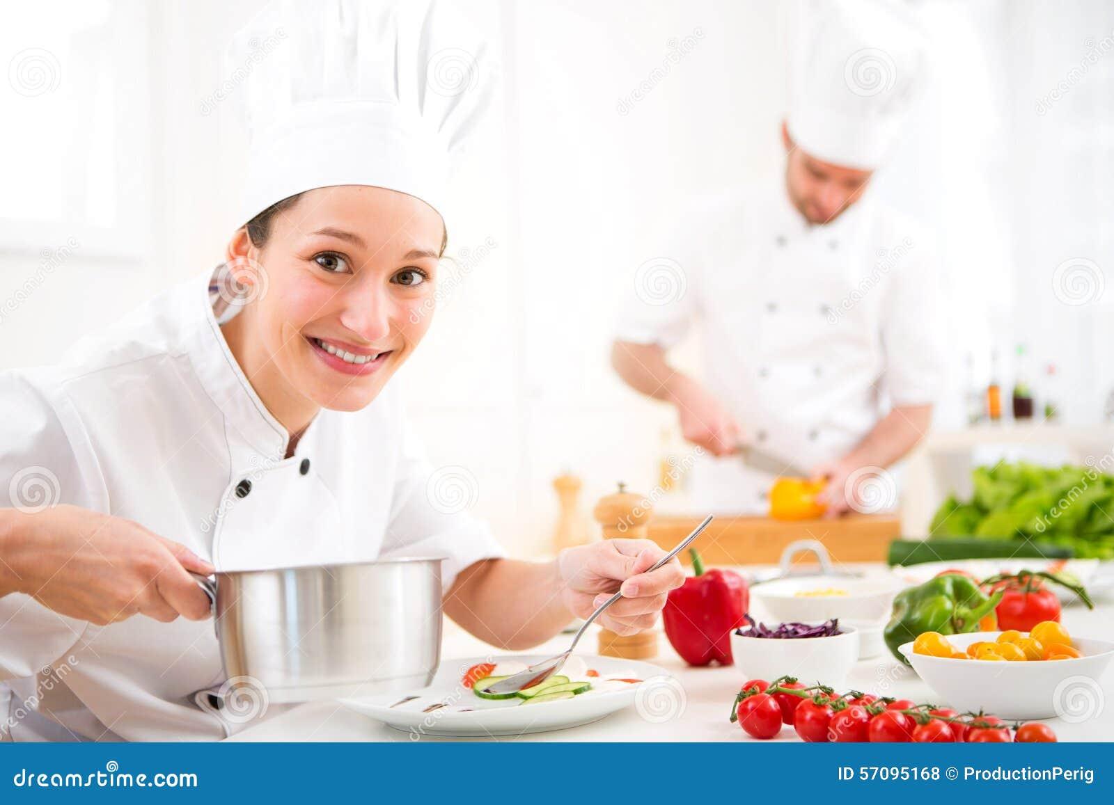 Het jonge aantrekkelijke professionele chef kok koken in zijn keuken stock foto afbeelding - Professionele keukenhoed ...