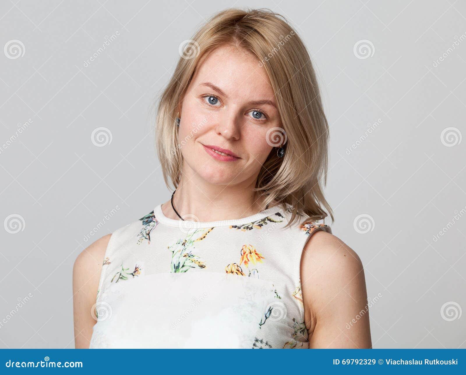 Het jonge blonde vrouw glimlachen