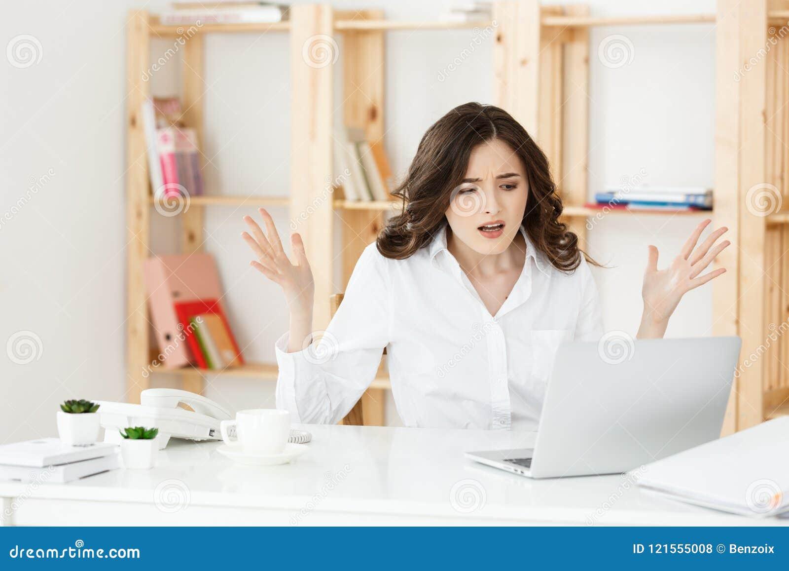 Het jonge eigenaar kleine bedrijfsvrouw kijken labtop en voelt hoofdpijn met haar bedrijfsverliezen, het idee van het Bedrijfsver