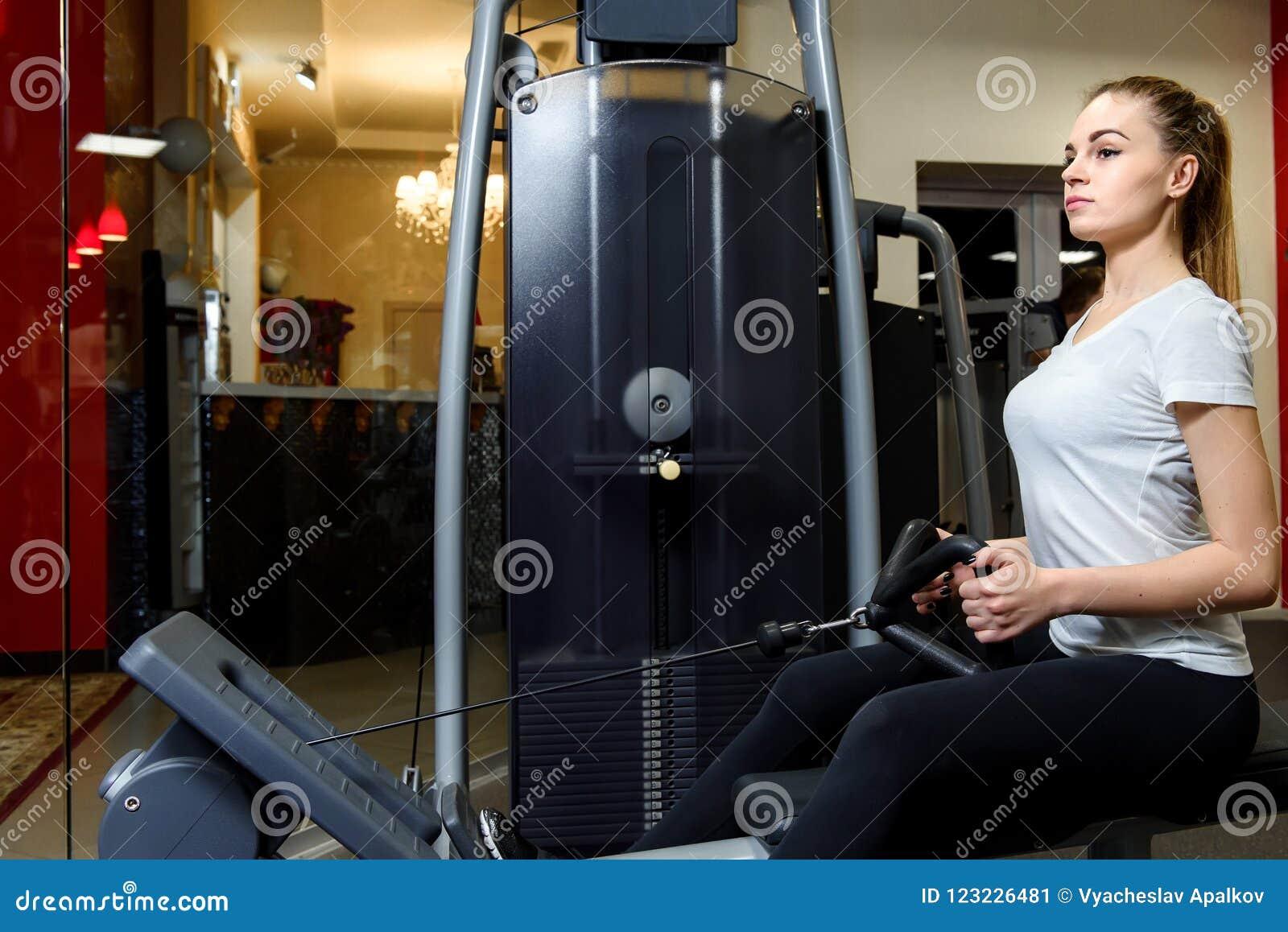 Het jonge fitness blonde uitwerken in een sportencentrum
