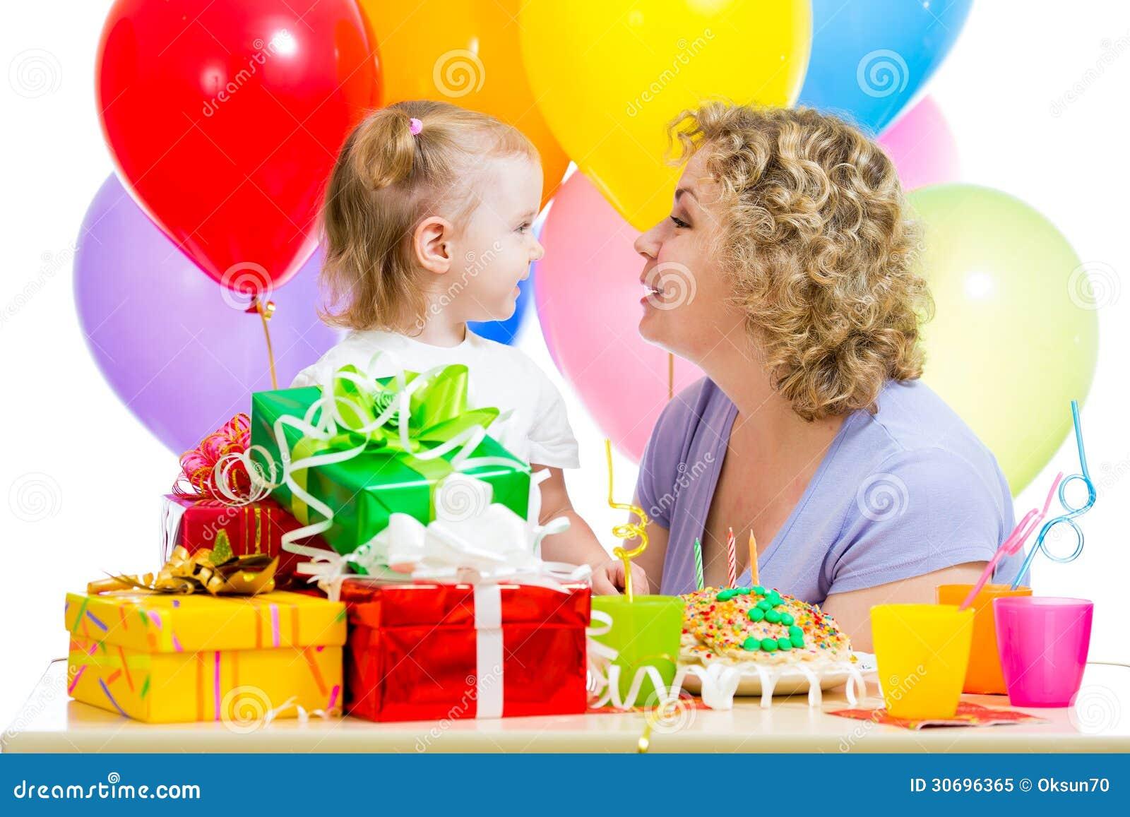Het jonge geitje en de moeder vieren verjaardagsvakantie