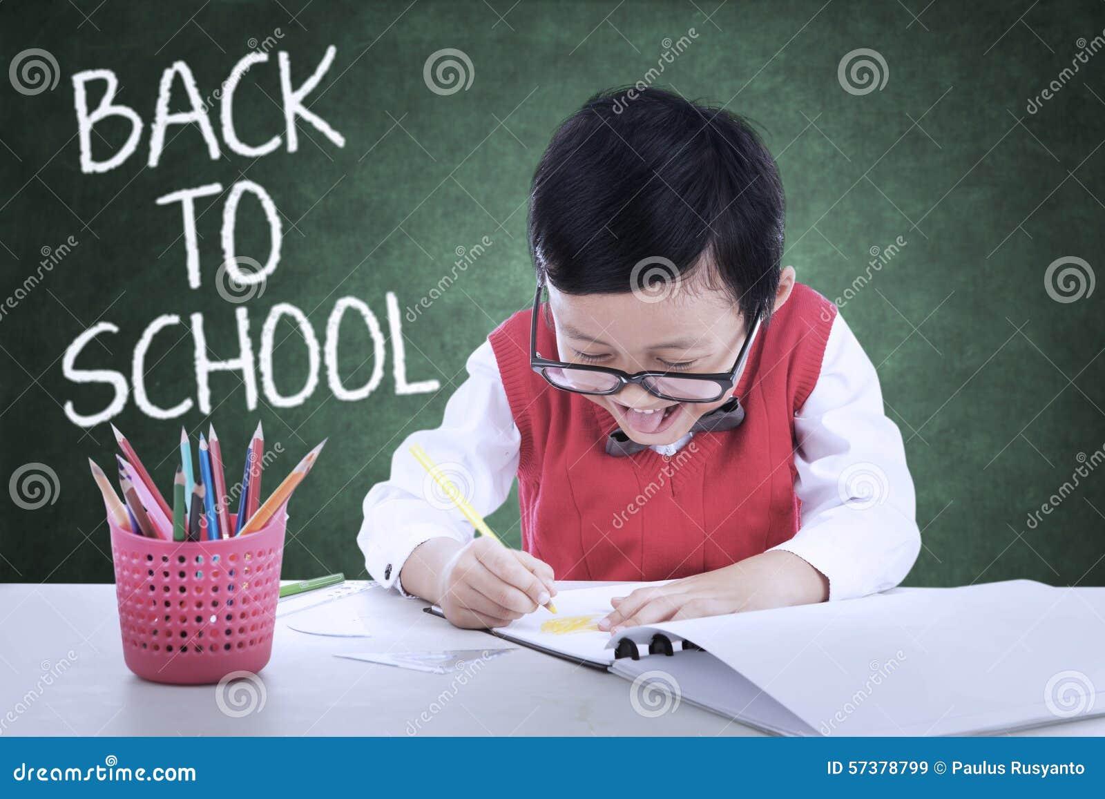 Het jonge geitje terug naar school en maakt een beeld in klasse