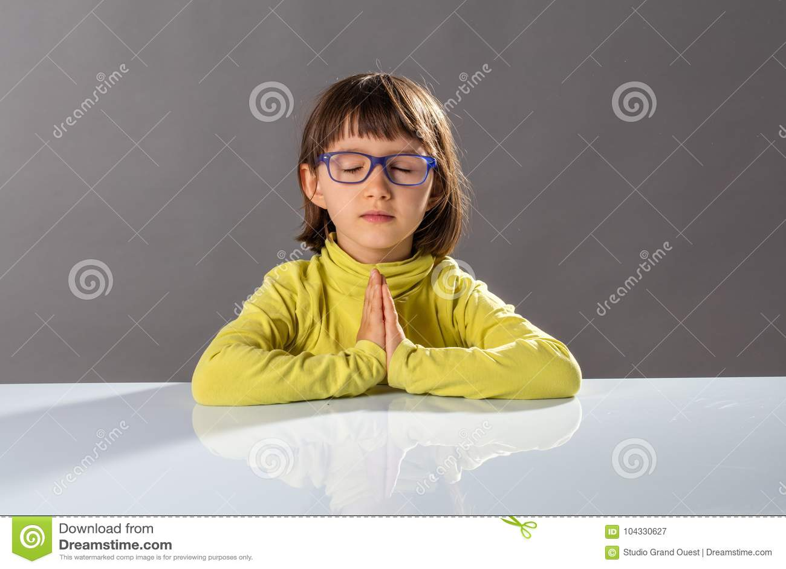 Het jonge geitje van de kleuteryoga het ontspannen met mindfulness en rust op school
