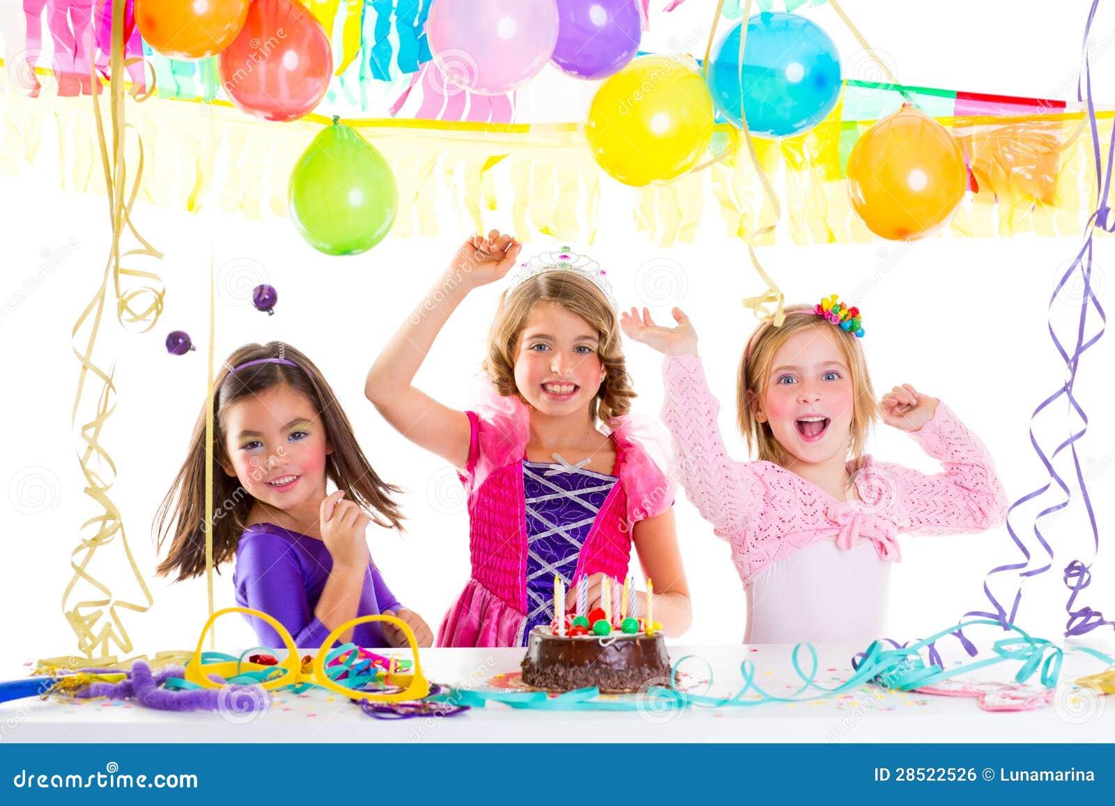 Het jonge geitje van kinderen in verjaardagspartij het dansen het gelukkige lachen