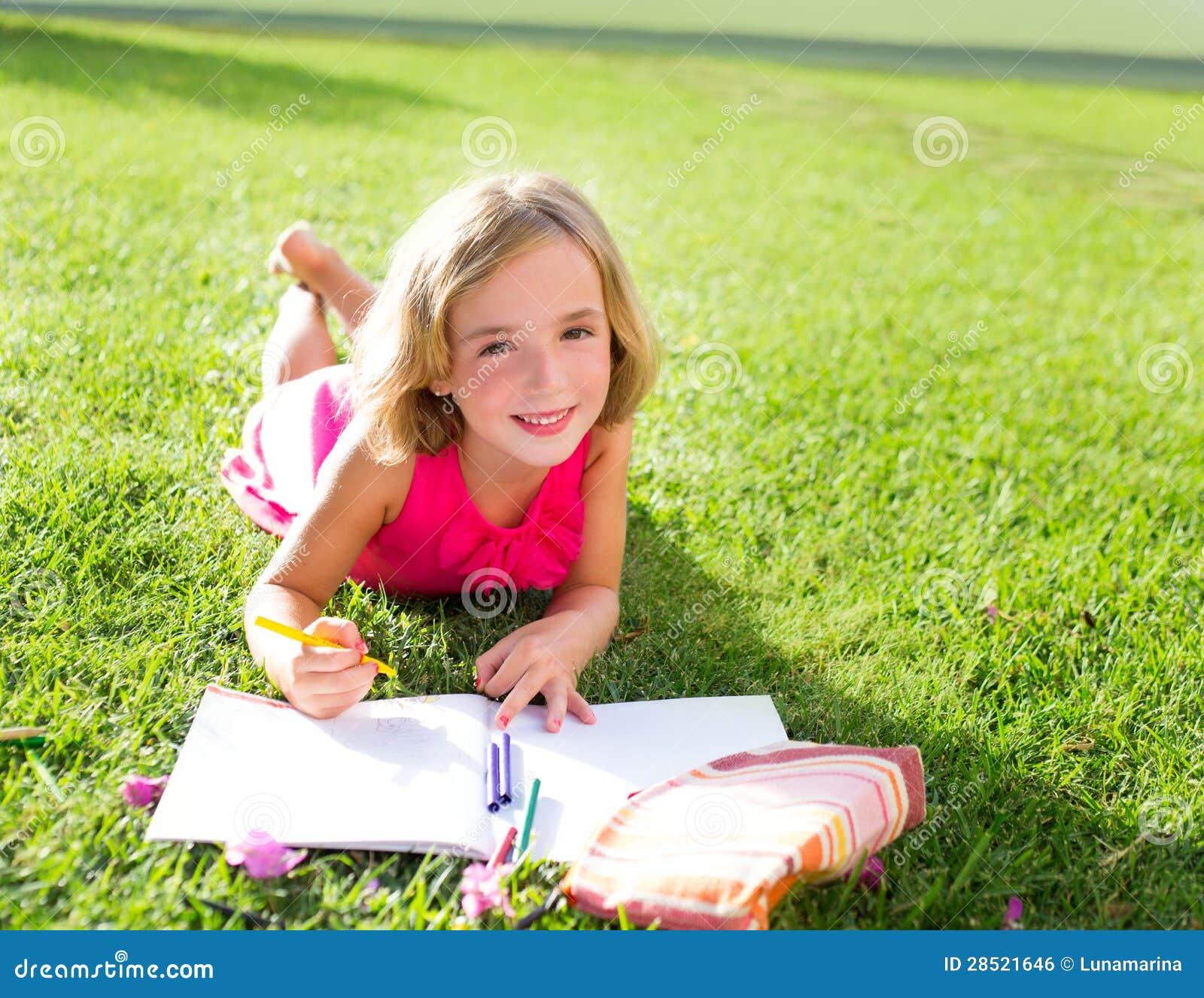 Het jonge geitjemeisje dat van het kind thuiswerk glimlachen doet gelukkig op gras