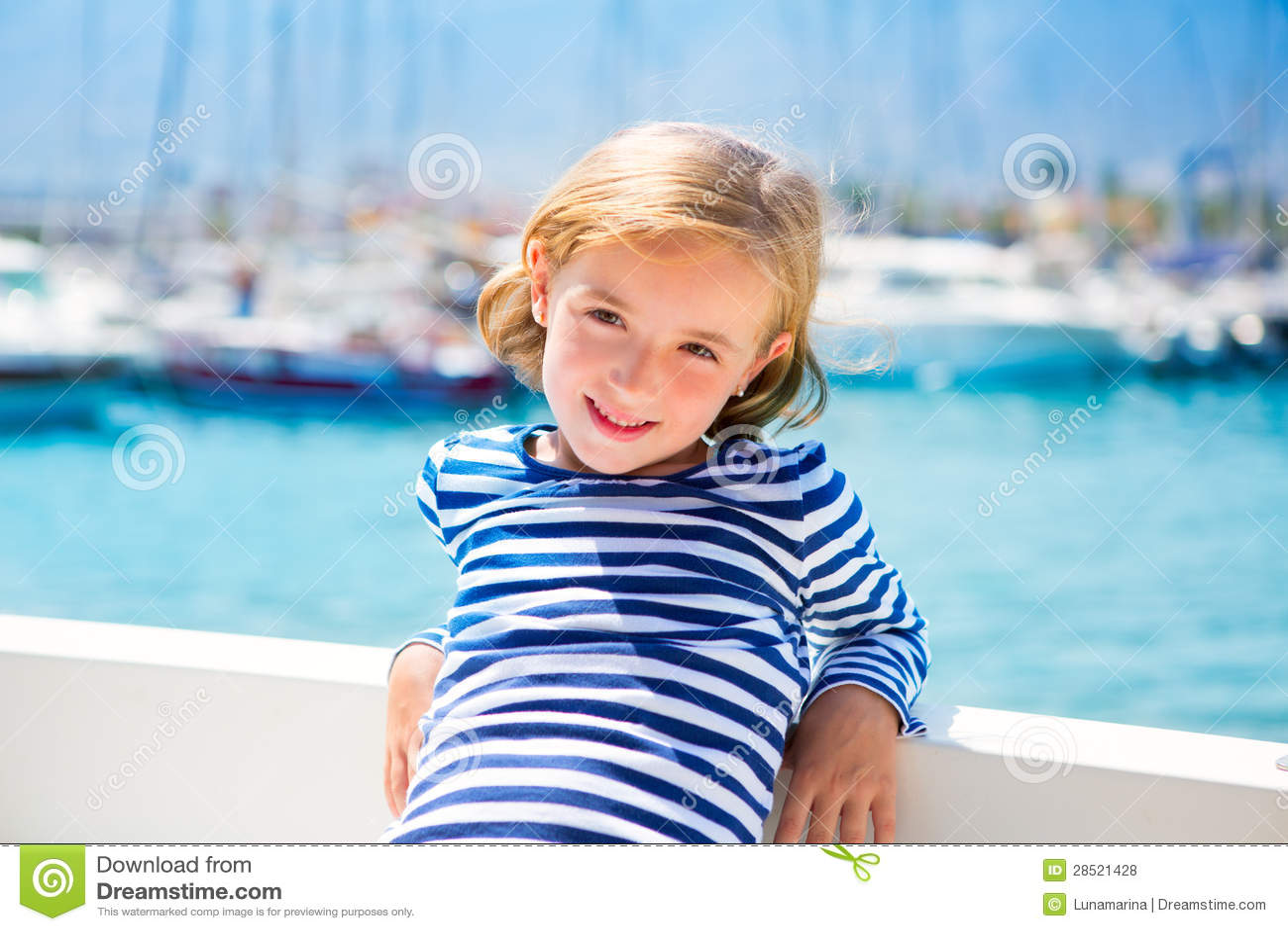 Het jonge geitjemeisje van het kind in jachthavenboot op de zomervakanties