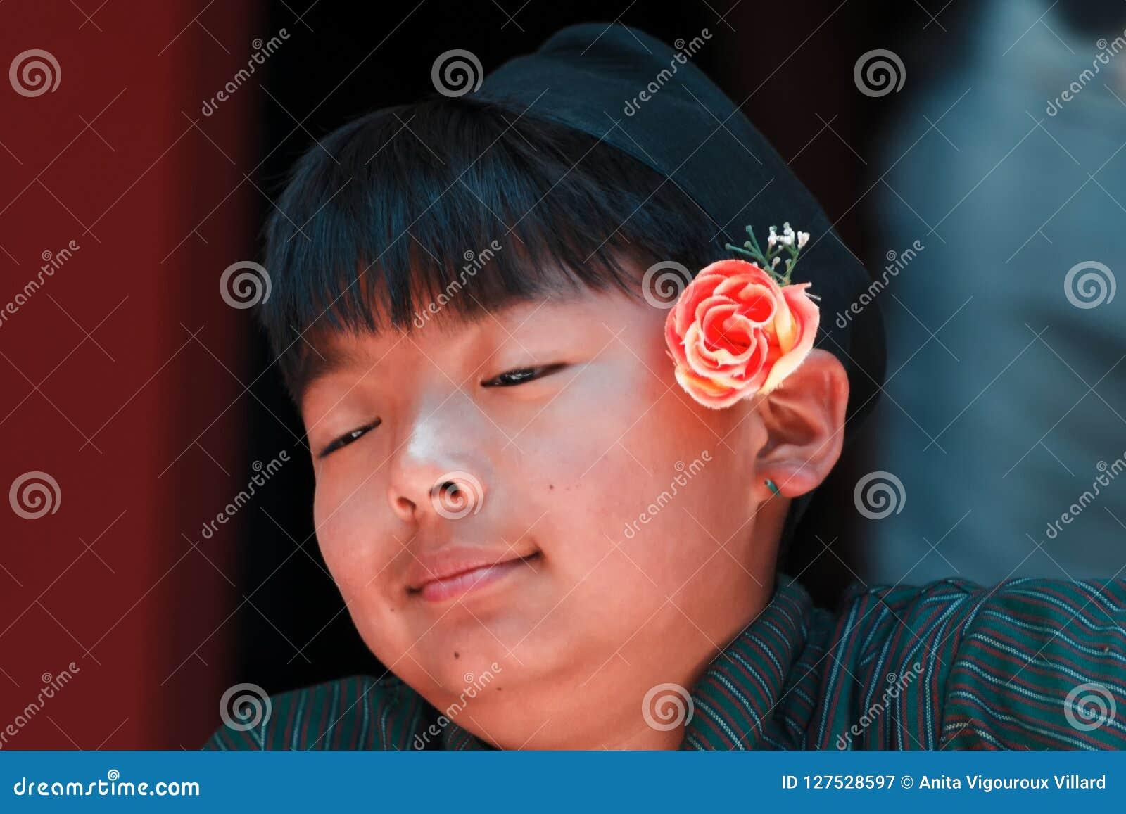 Het jonge glimlachen Nepali in traditioneel kostuum