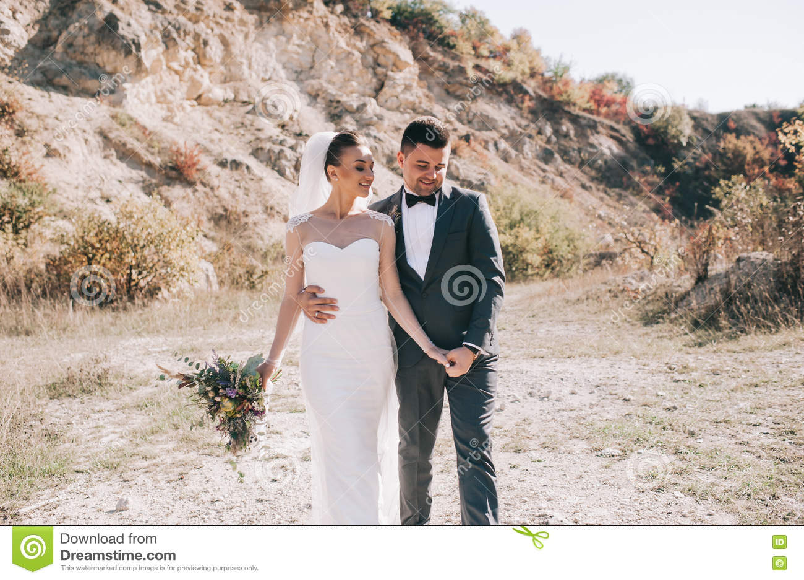 Het jonge huwelijkspaar lopen