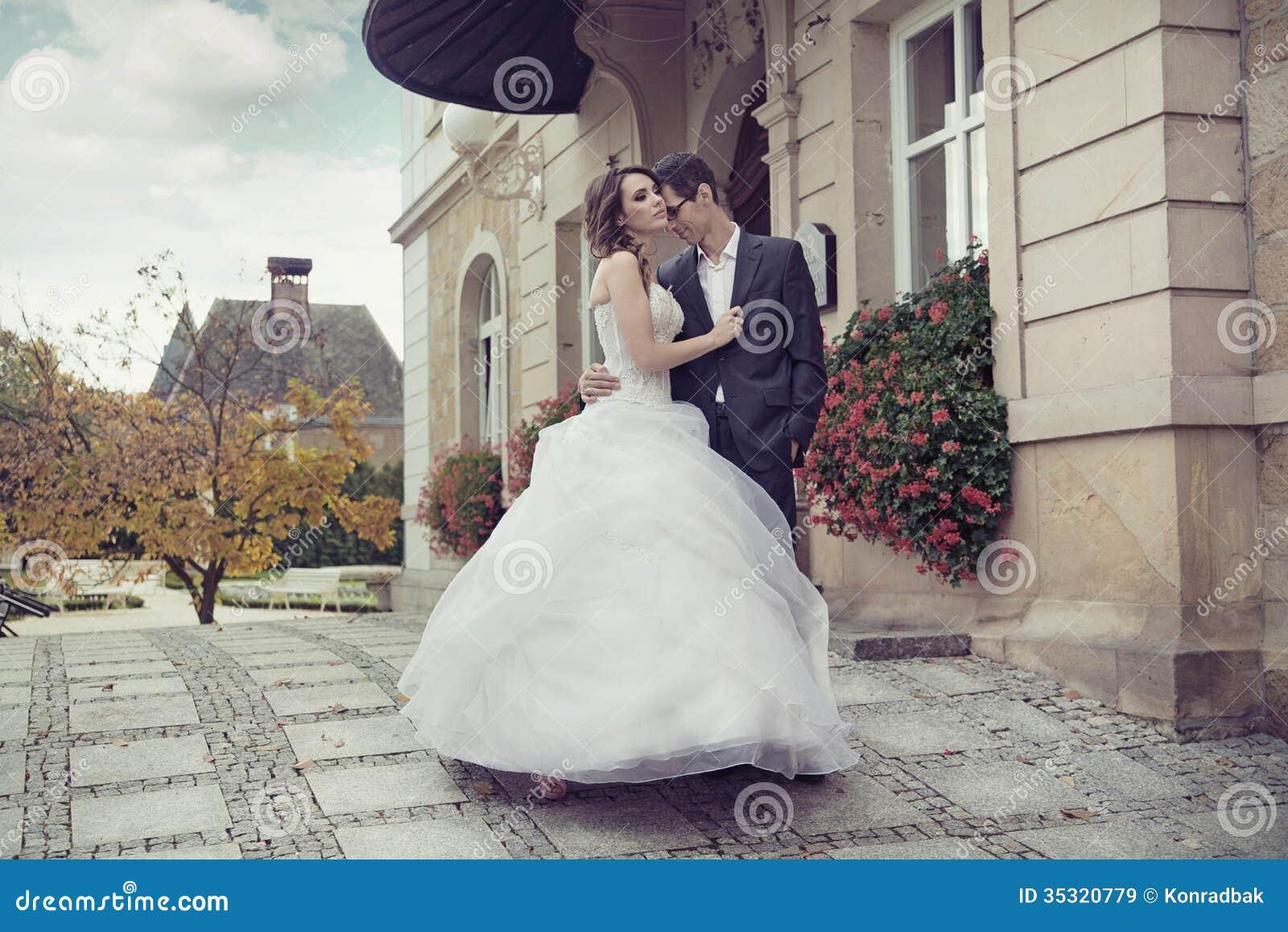 Het jonge huwelijkspaar openlucht dansen