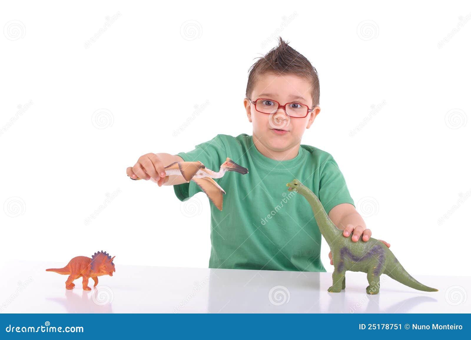 Het jonge jong geitje spelen met dinosaurussen