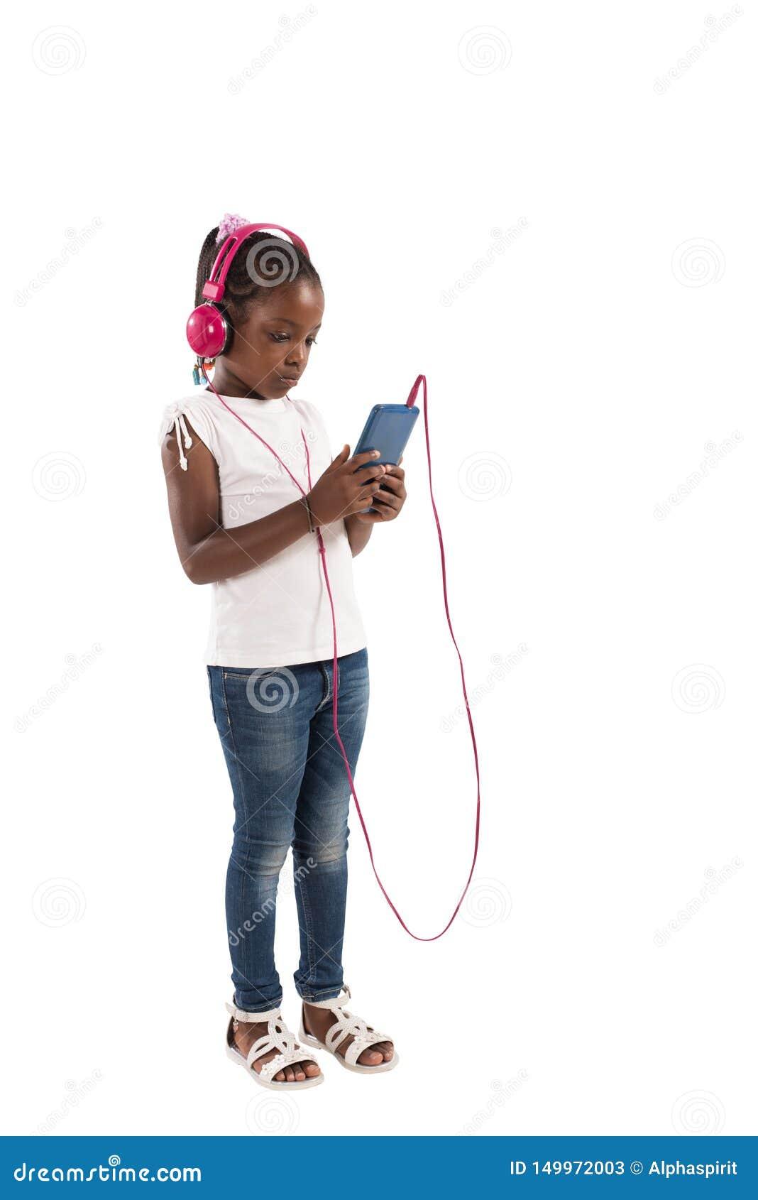 Het jonge kind luistert aan muziek Ge?soleerdj op witte achtergrond