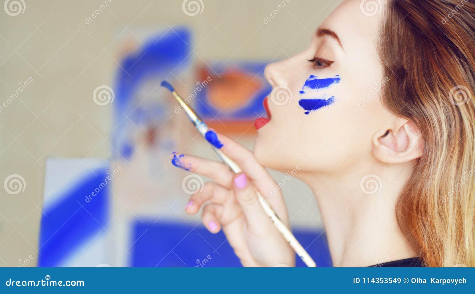 Het jonge kunstenaar schilderen Meisje die een beeld in huisstudio schilderen Model het schilderen borstel op schildersezel Sensu