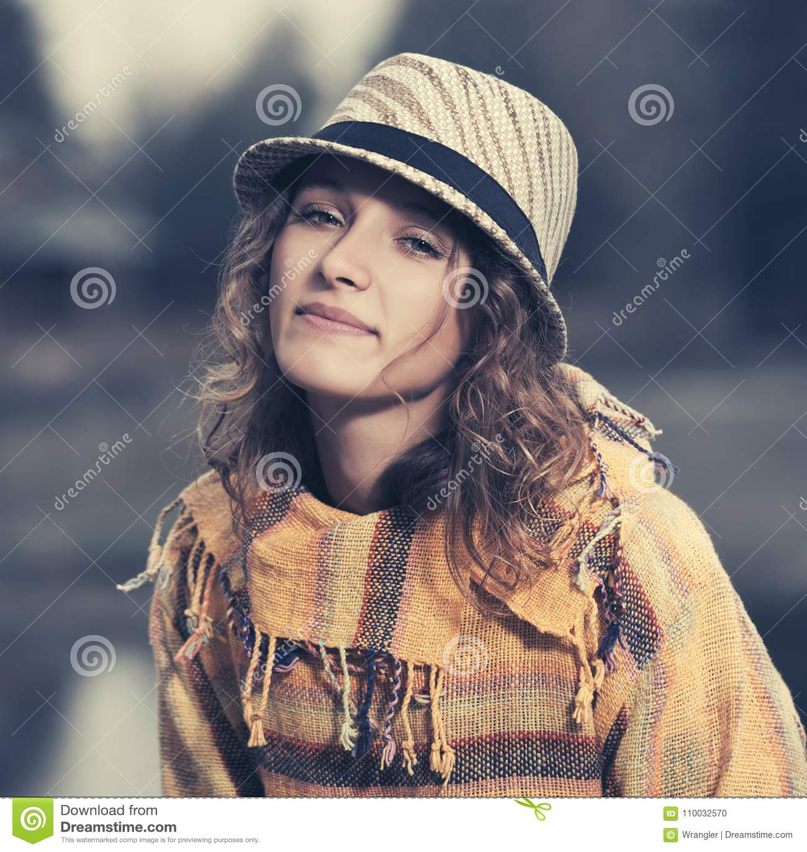 Het jonge manier hipster vrouw openlucht lopen