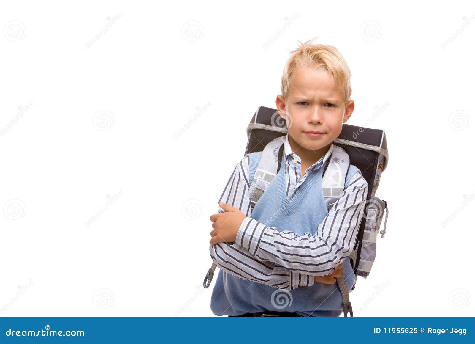 Het jonge mannelijke schoolkind met schooltas is boos
