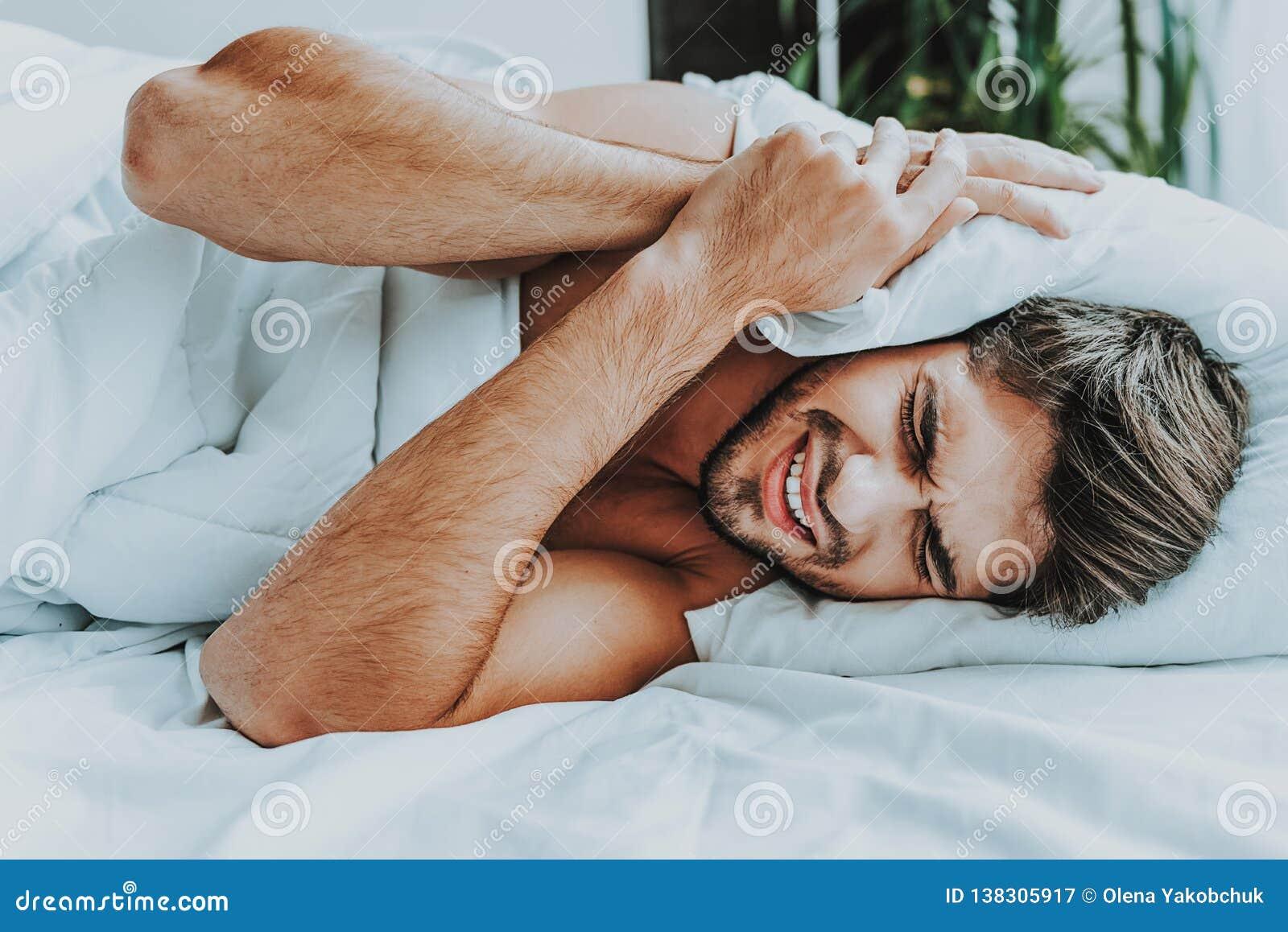 Het jonge mannetje lijdt aan hevig lawaai in ochtend