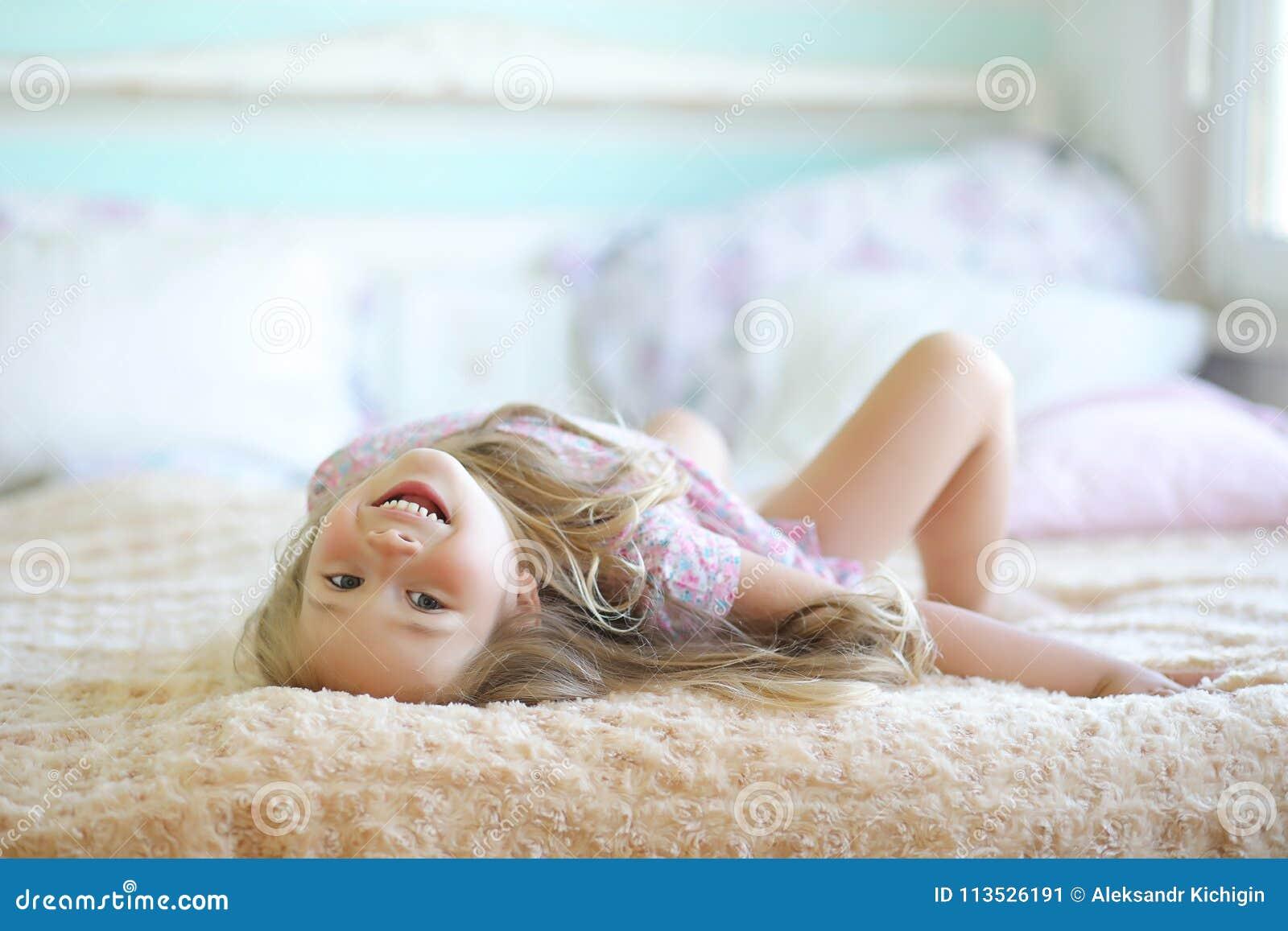 Het jonge meisje leest een boek het Jonge meisje met een dochter o zit