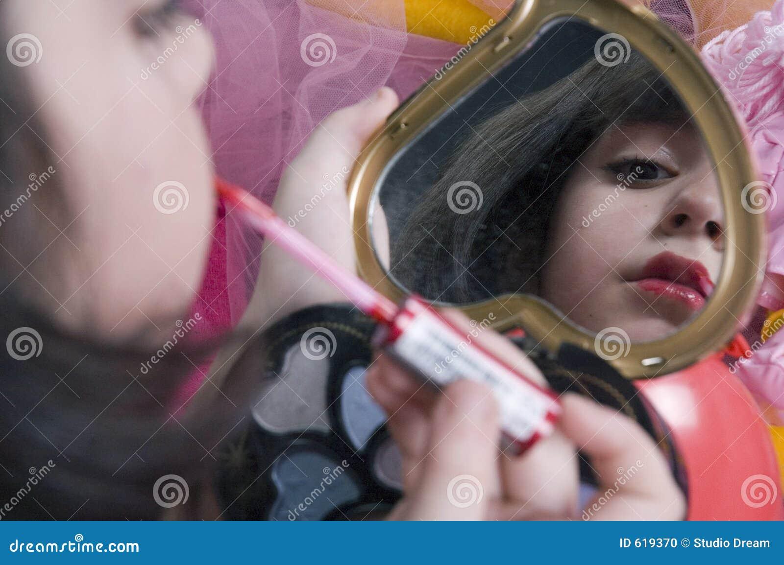 Het jonge meisje spelen met haar maakt omhoog uitrusting