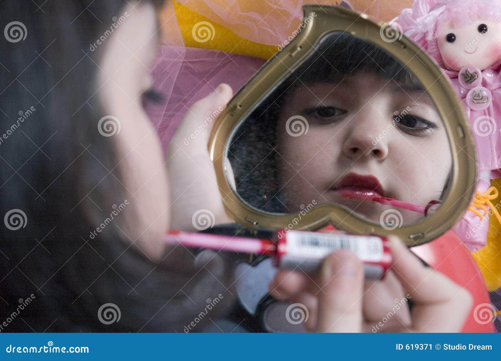 Het jonge meisje spelen met haar maakt omhoog uitrusting?