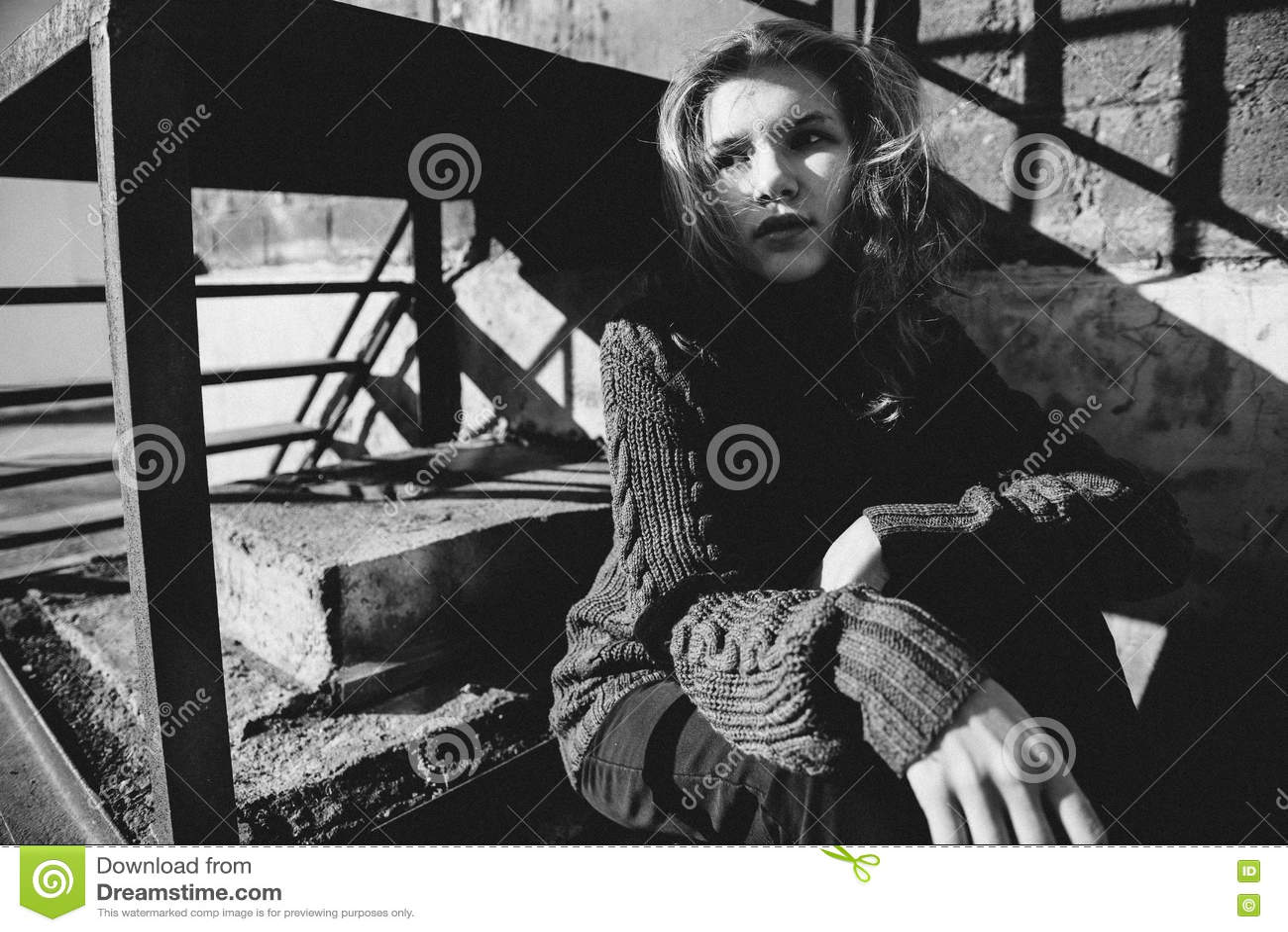 Het jonge meisje spelen met licht in de straat stock foto