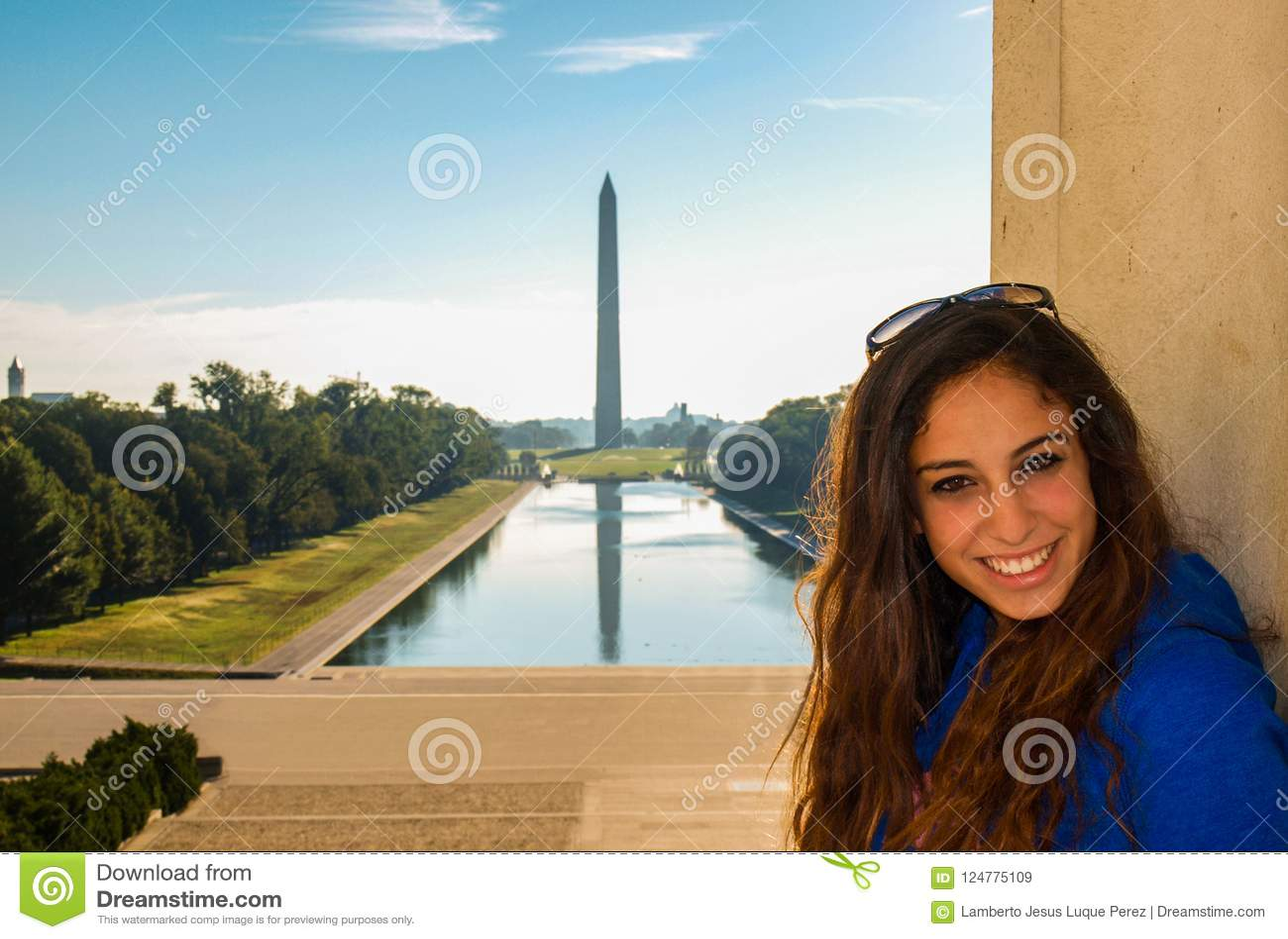 Het jonge meisje stellen voor Lincoln Memorial Reflecting Po