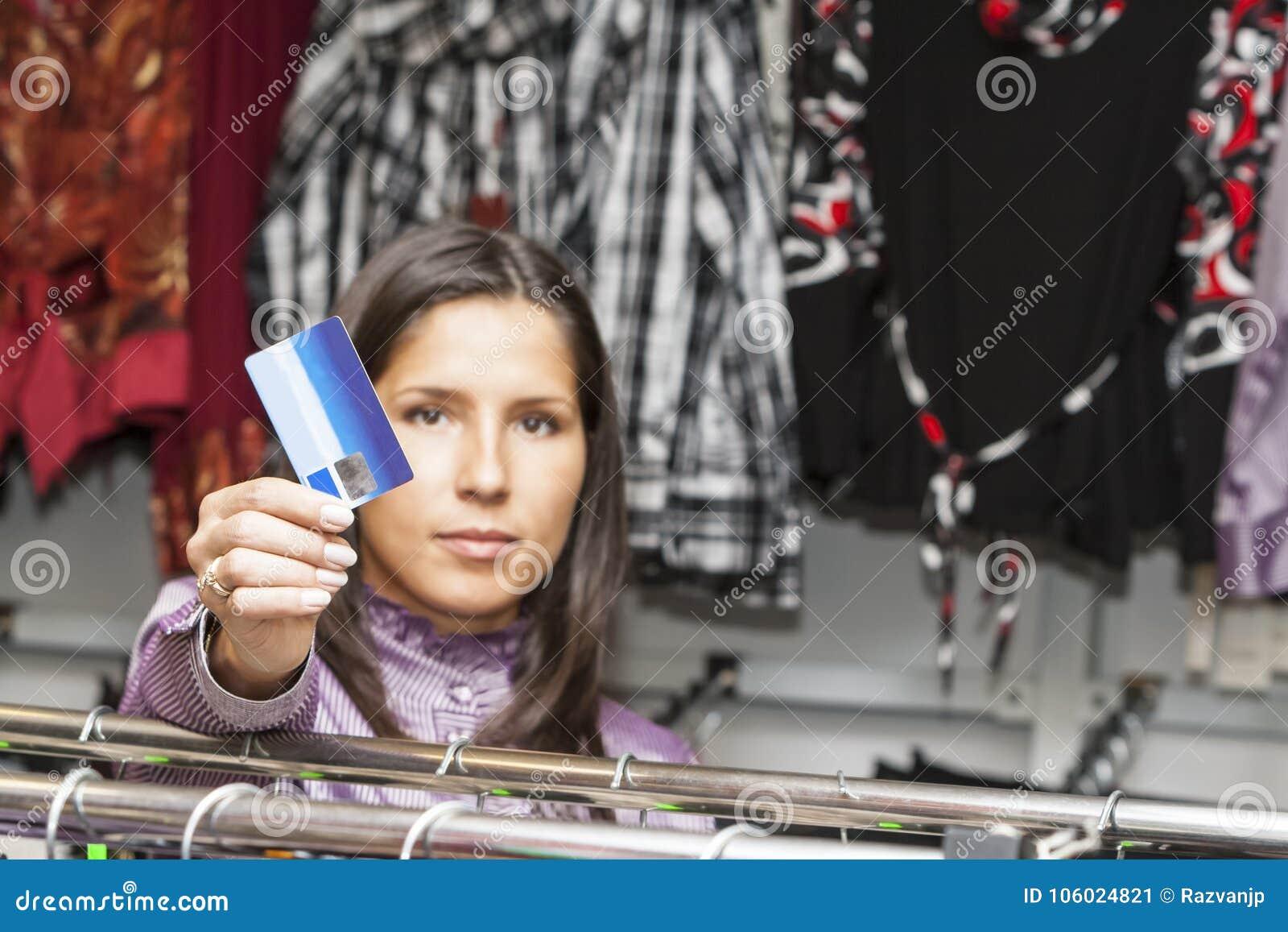 Het jonge meisje winkelen