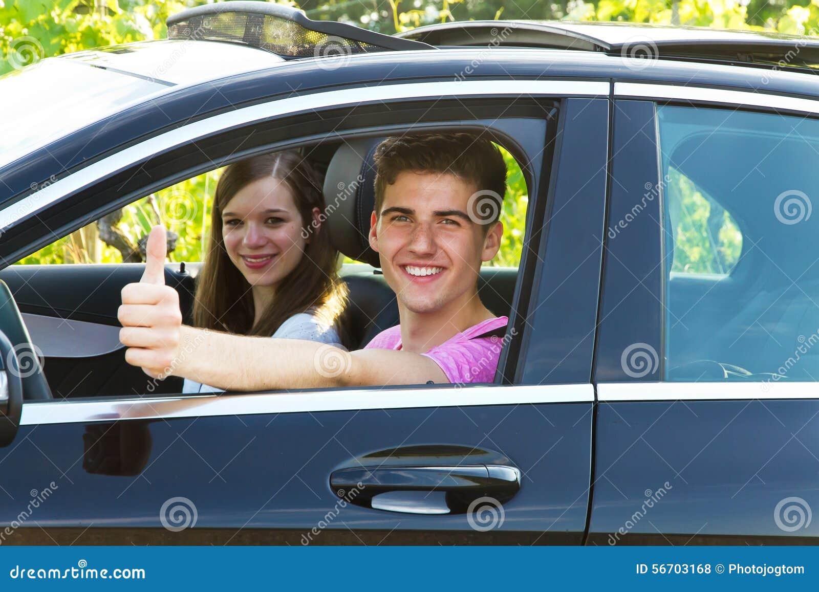 Het jonge paar drijven in een nieuwe auto