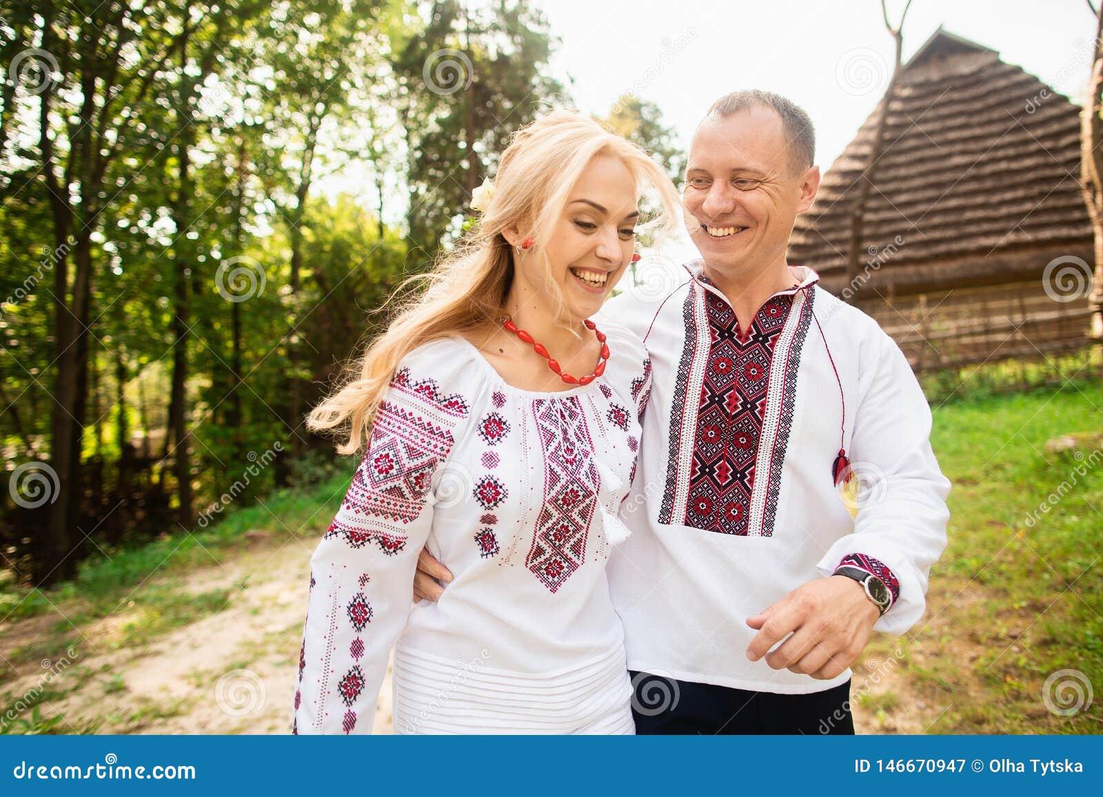 Het jonge paar in een traditionele Oekraïense kleding, heeft pret het besteden tijd in het Park